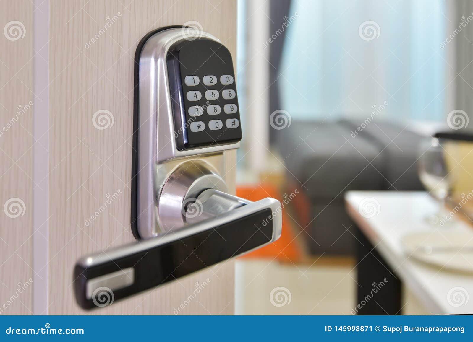 Elektronisk maskin för dörråtkomstskyddsystem med nummerlösenorddörren Halvan öppnade closeupen för dörrhandtaget, ingång till en