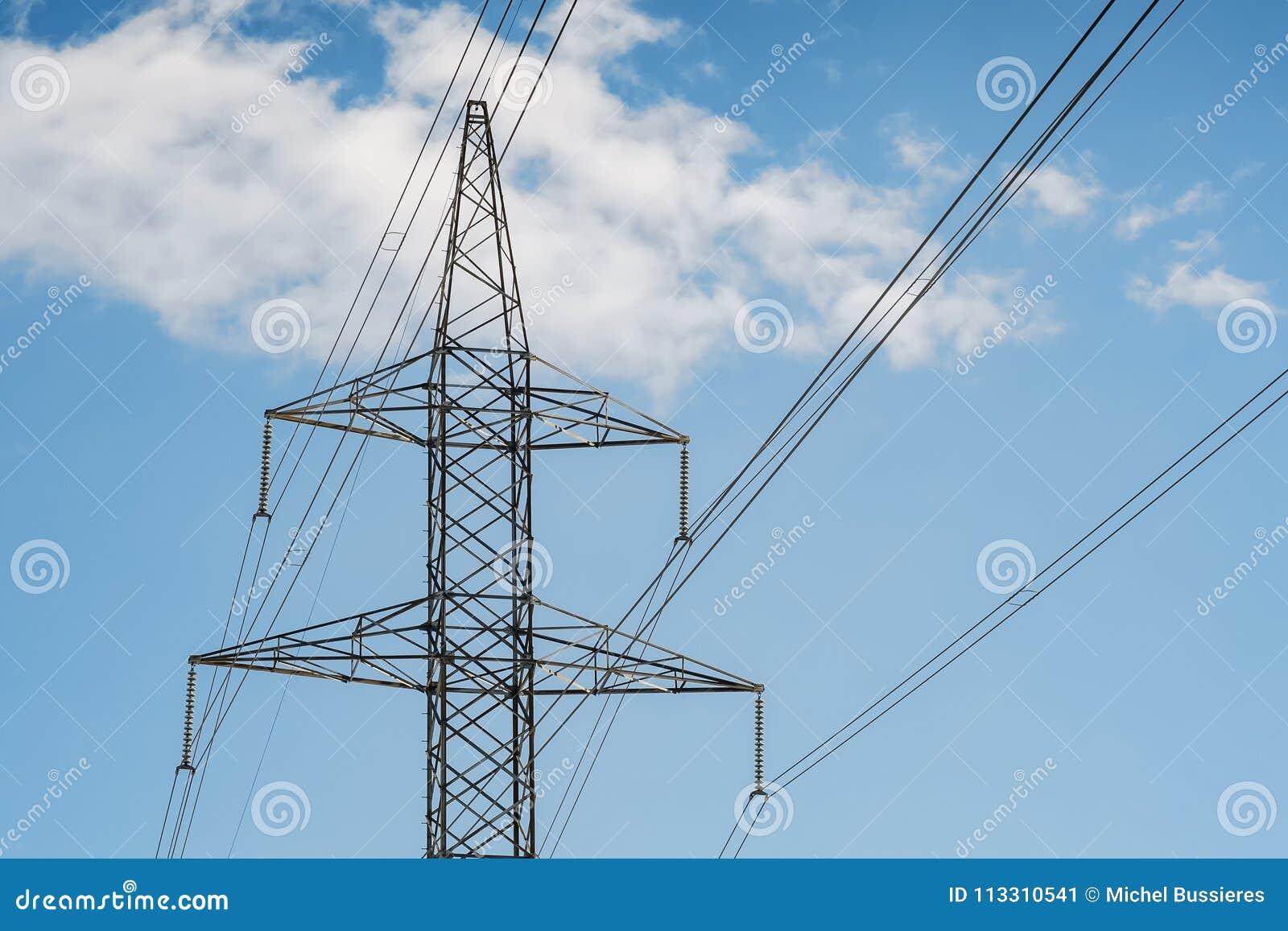 Elektrotorenpyloon en draden op een blauwe hemel met wolken