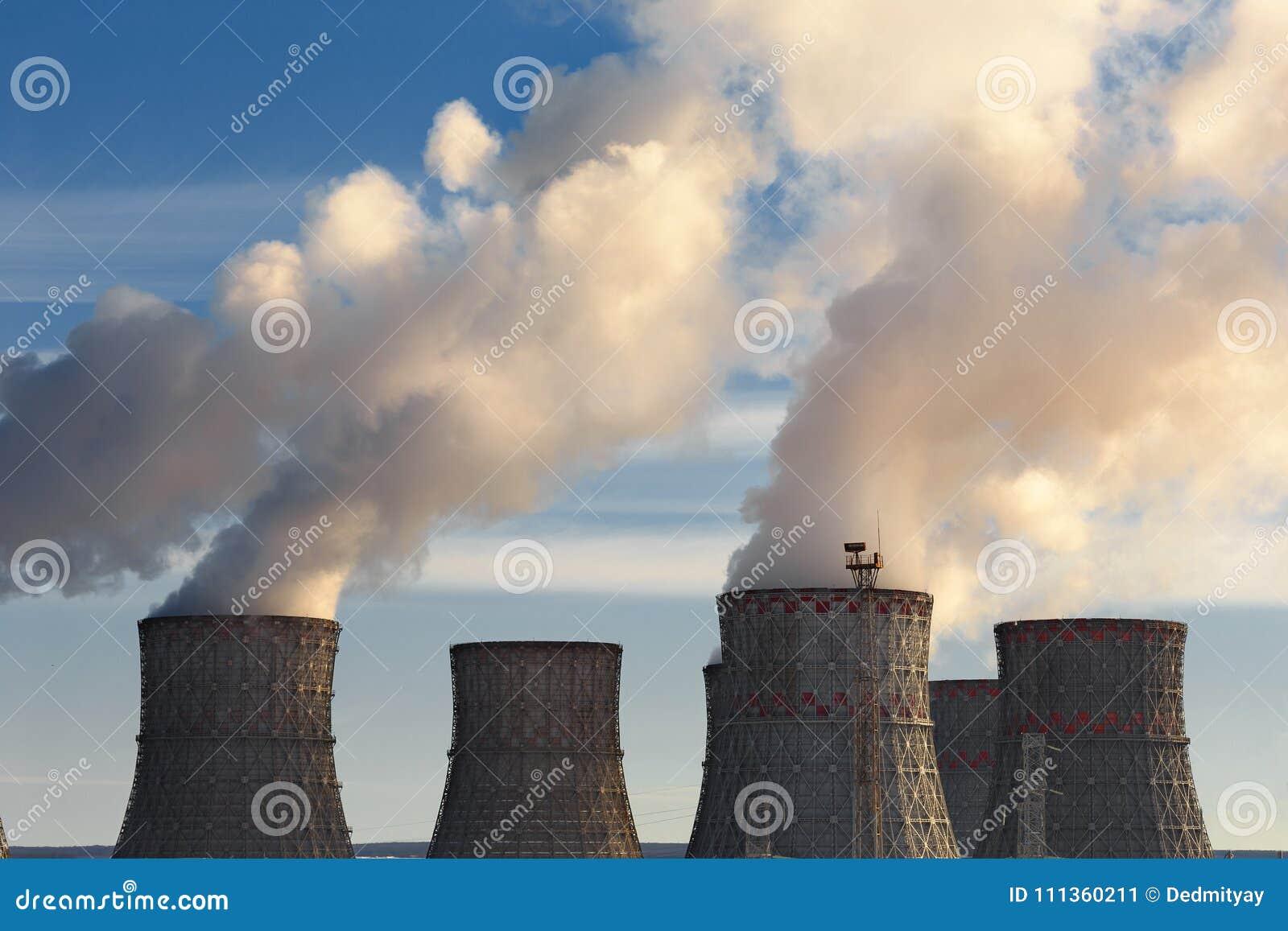 Elektrownia Jądrowa, chmury gęsty dym od chłodniczego góruje lub kominy, atomowy energii atomowej pojęcie