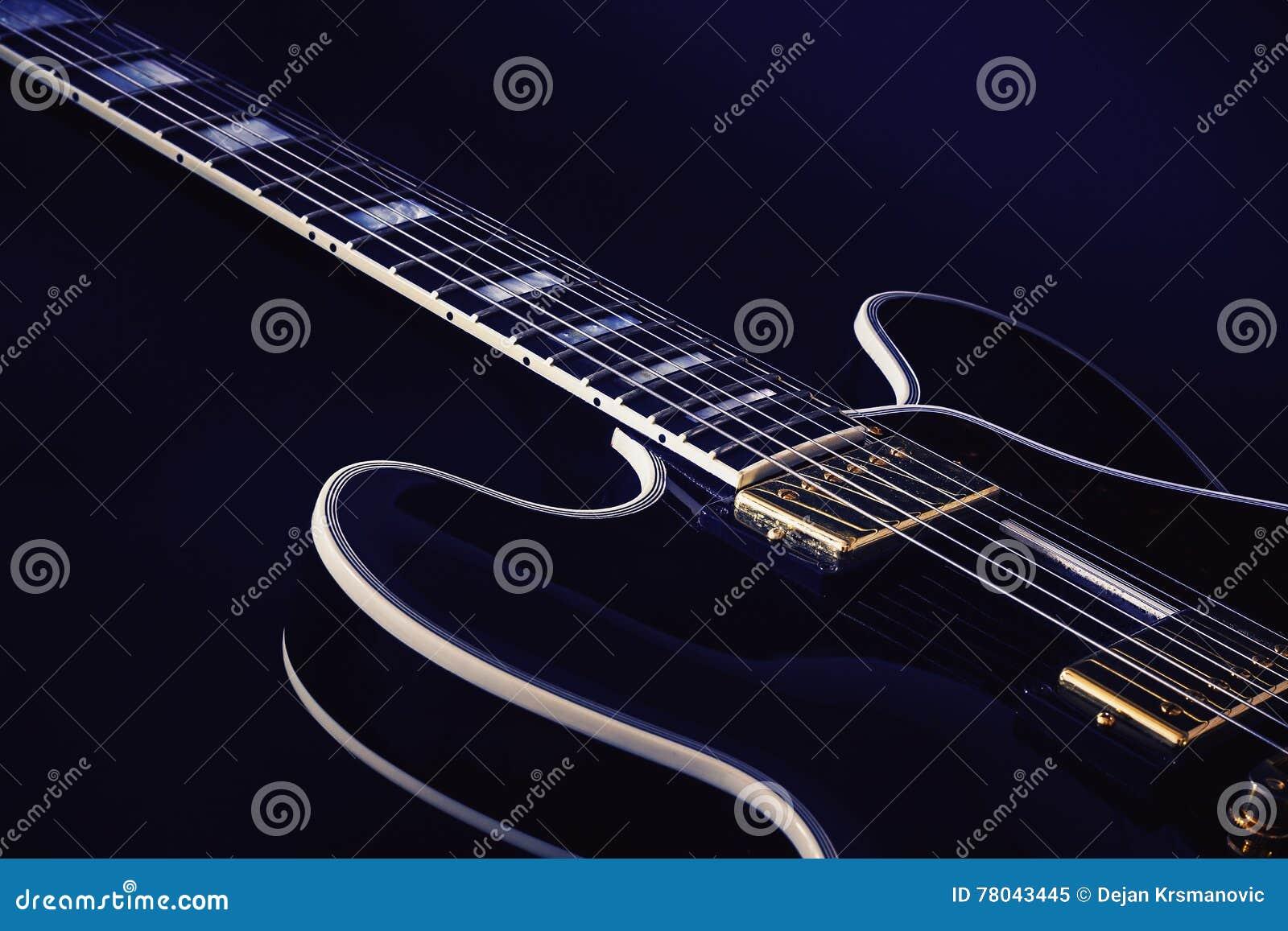Elektryczna błękit gitara w błękicie