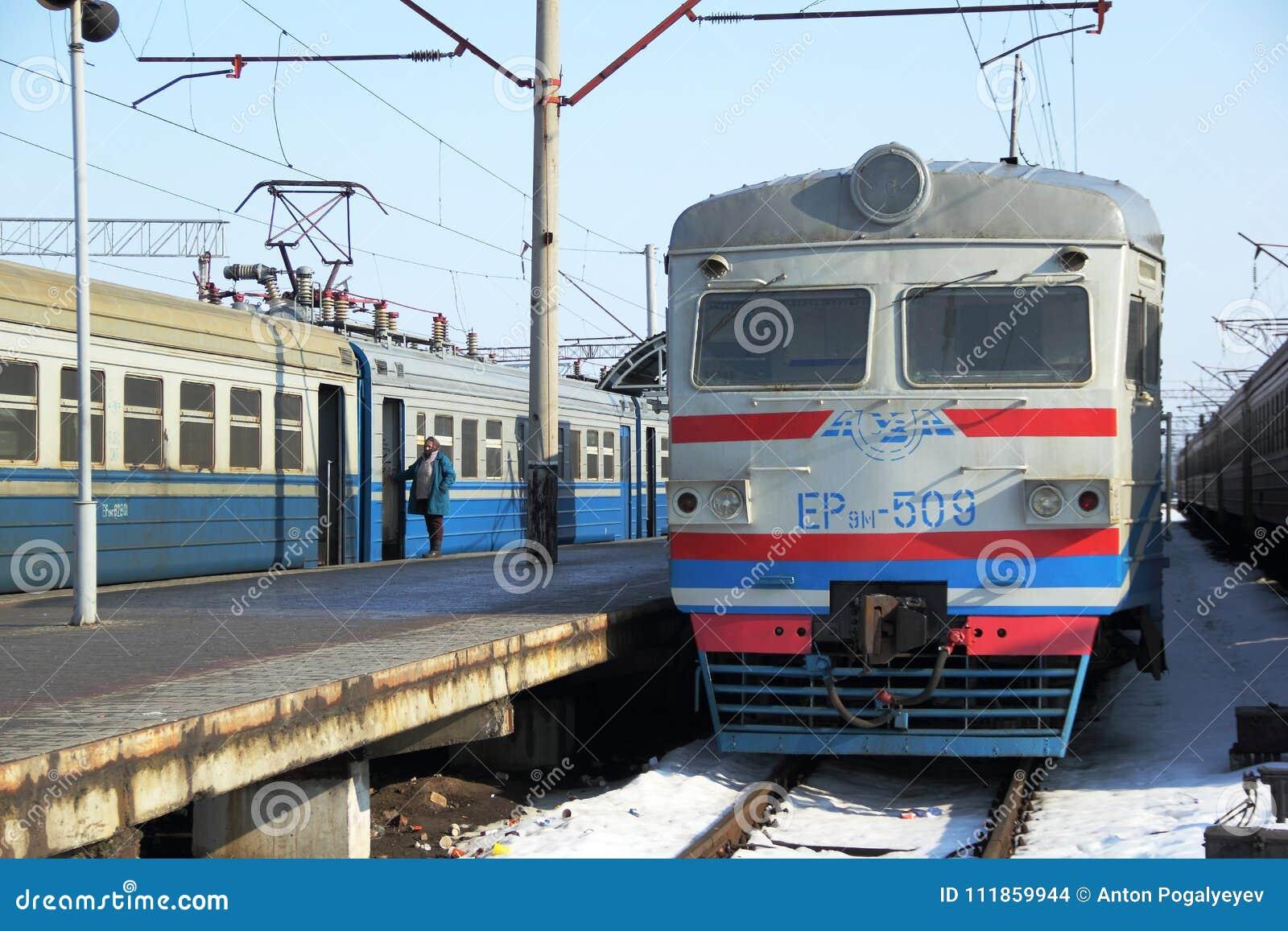 Elektrycznego pociągu pobyt platformą