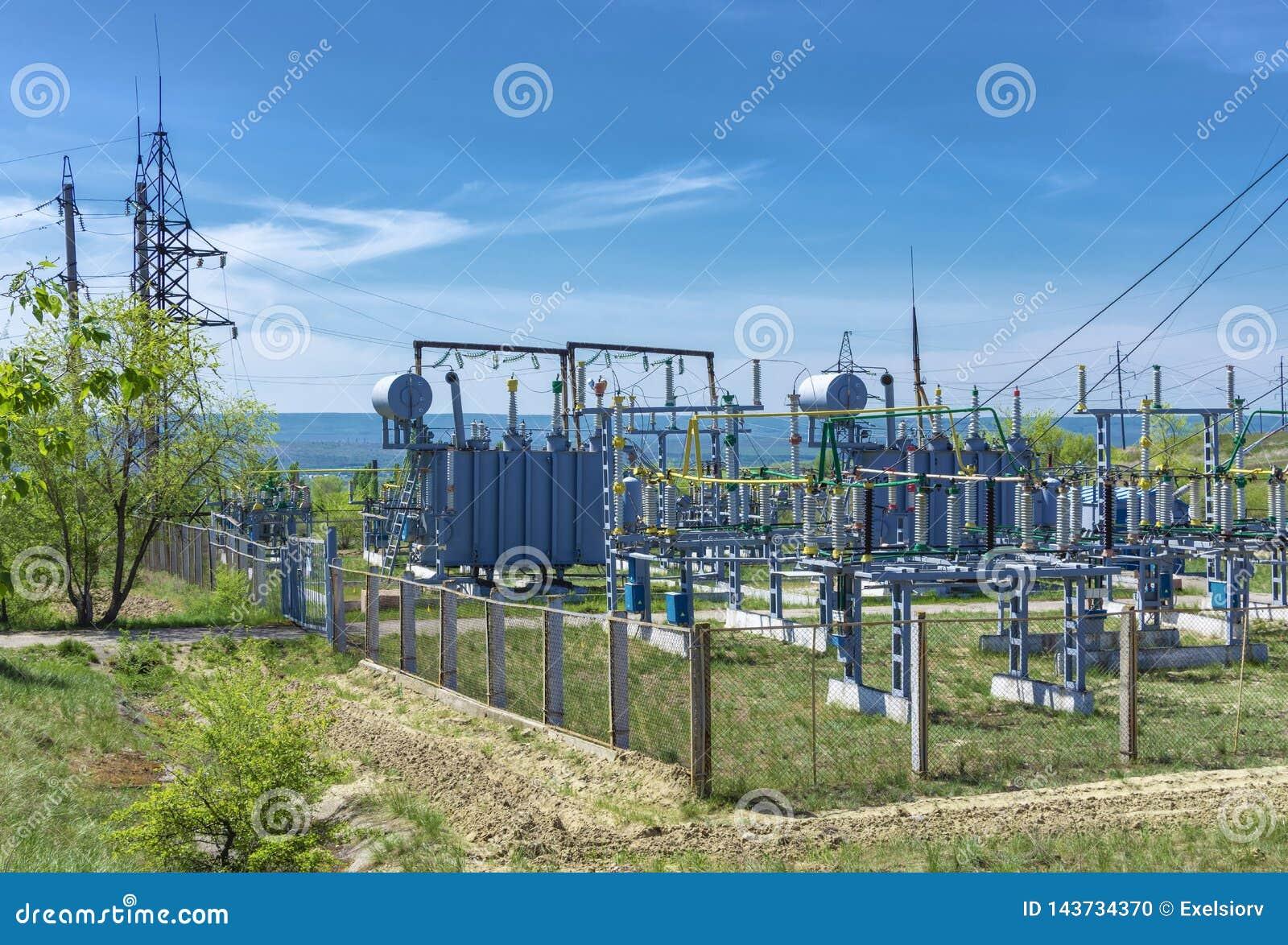 Elektrycznej dystrybucji transformatorowa podstacja przeciw tłu zielona roślinność,