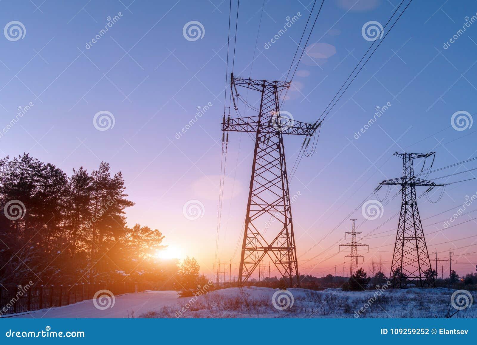 Elektryczność pilon w polu z niebieskim niebem