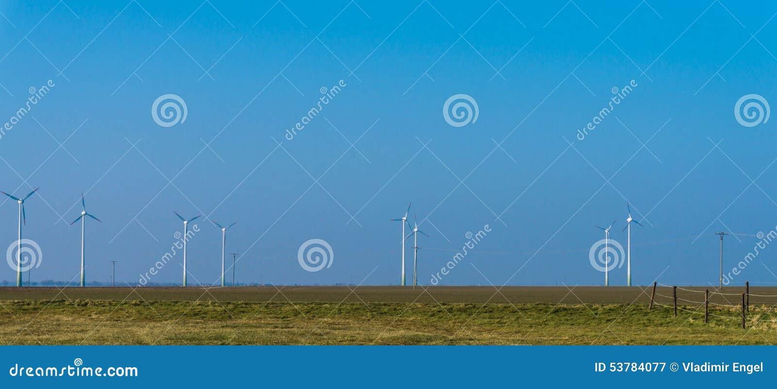 Elektryczności wywołujący turbina wiatr Wiatraczki przy wschód słońca błękitne niebo austeria