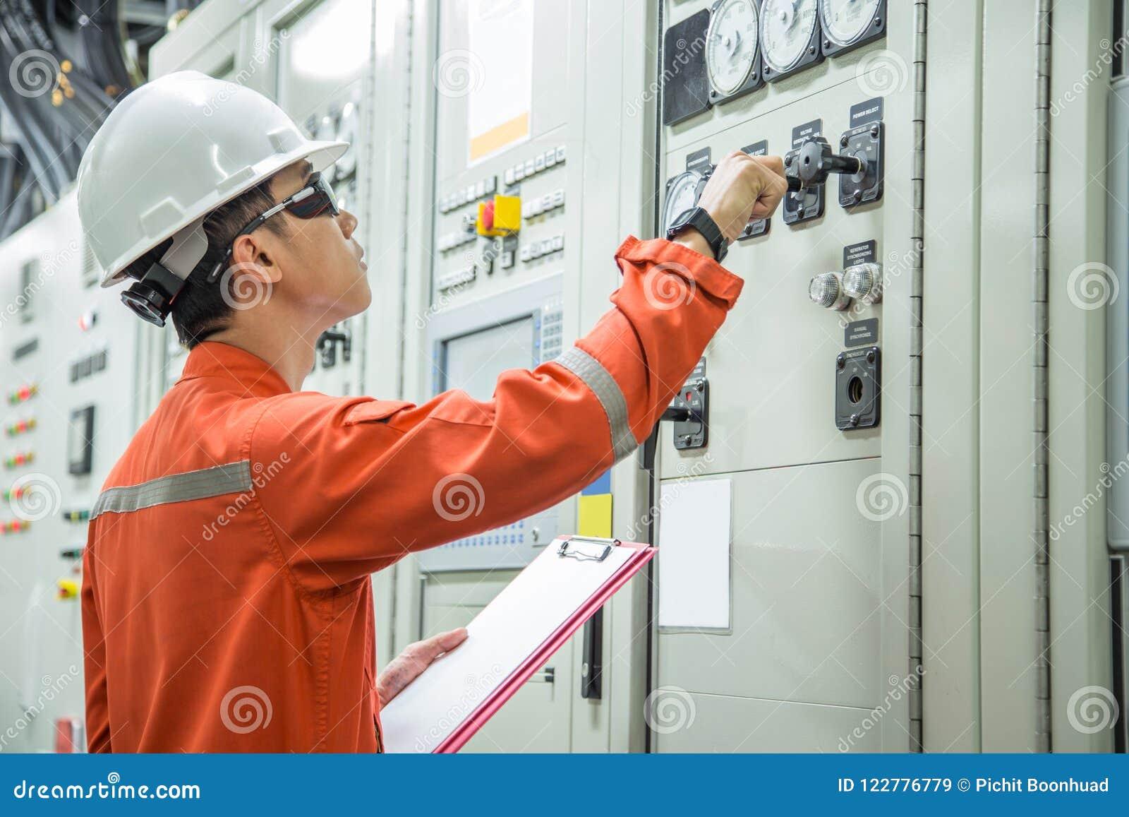 Elektryczny i instrument technik sprawdza elektryczność system