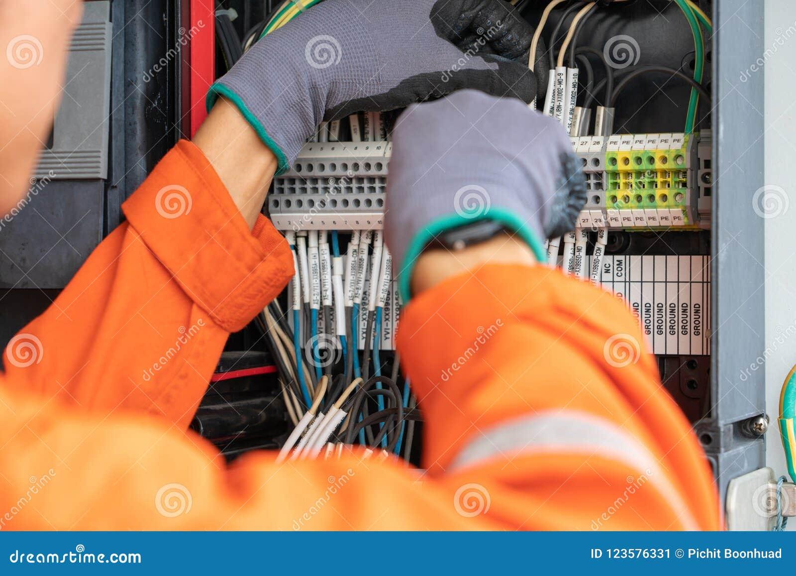 Elektryczny i instrument technika drutowania kabel przy