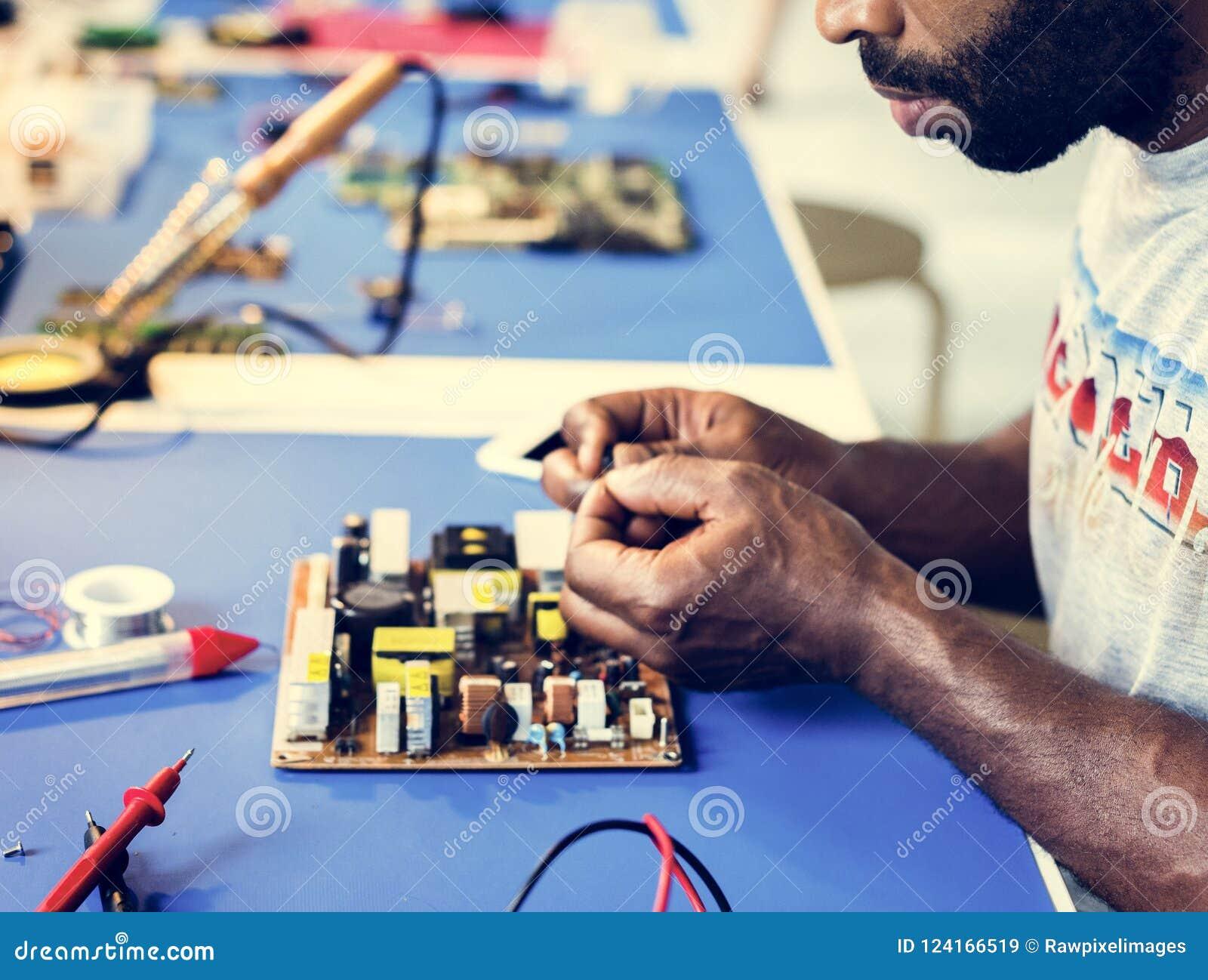 Elektryczny technik pracuje na elektronicznej desce