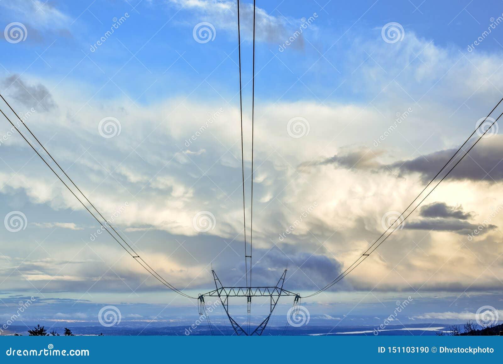 Elektryczny wierza w niebieskim niebie z chmurami przy zmierzchem