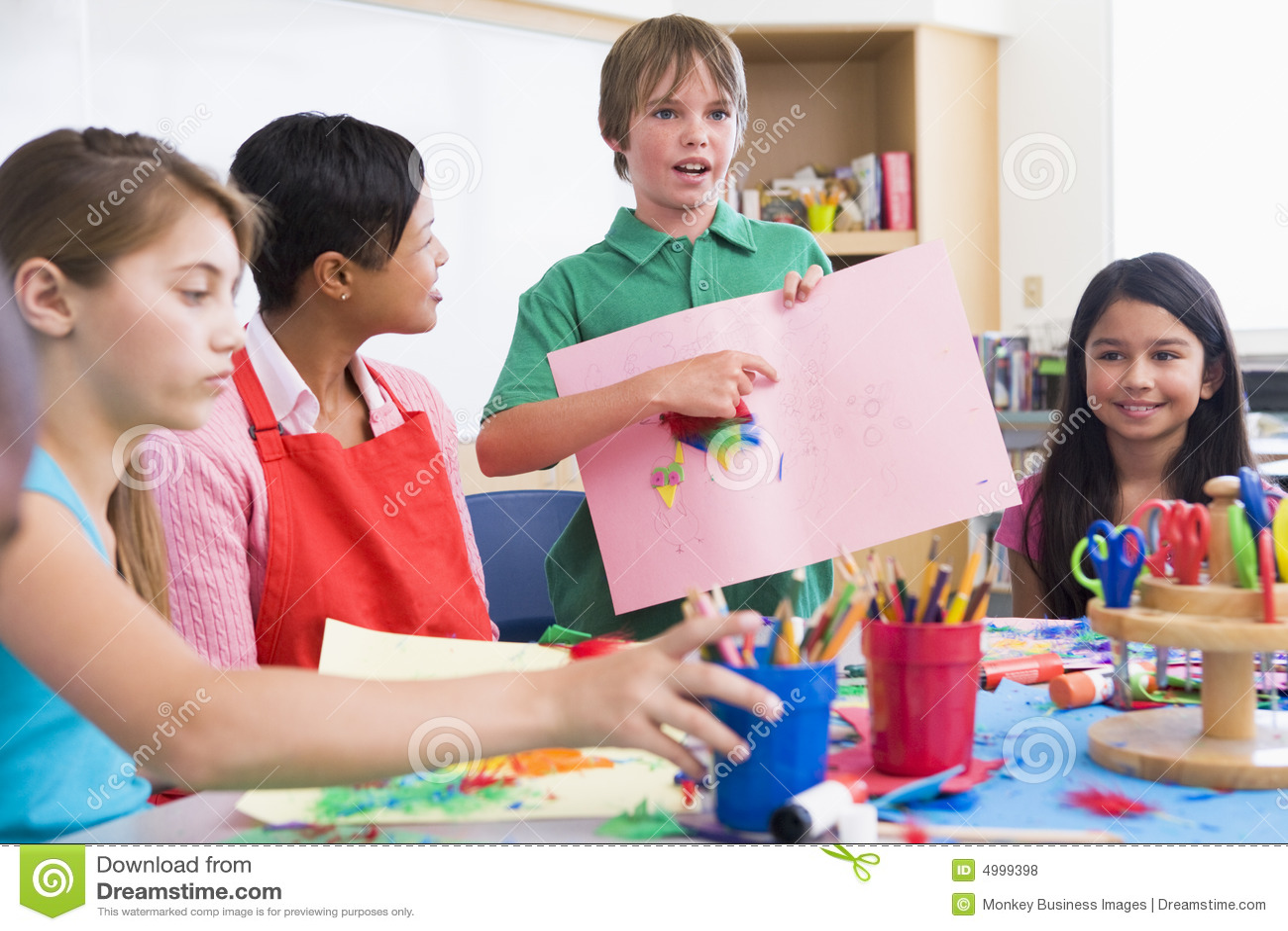 Elementaire leerling die beeld bespreekt