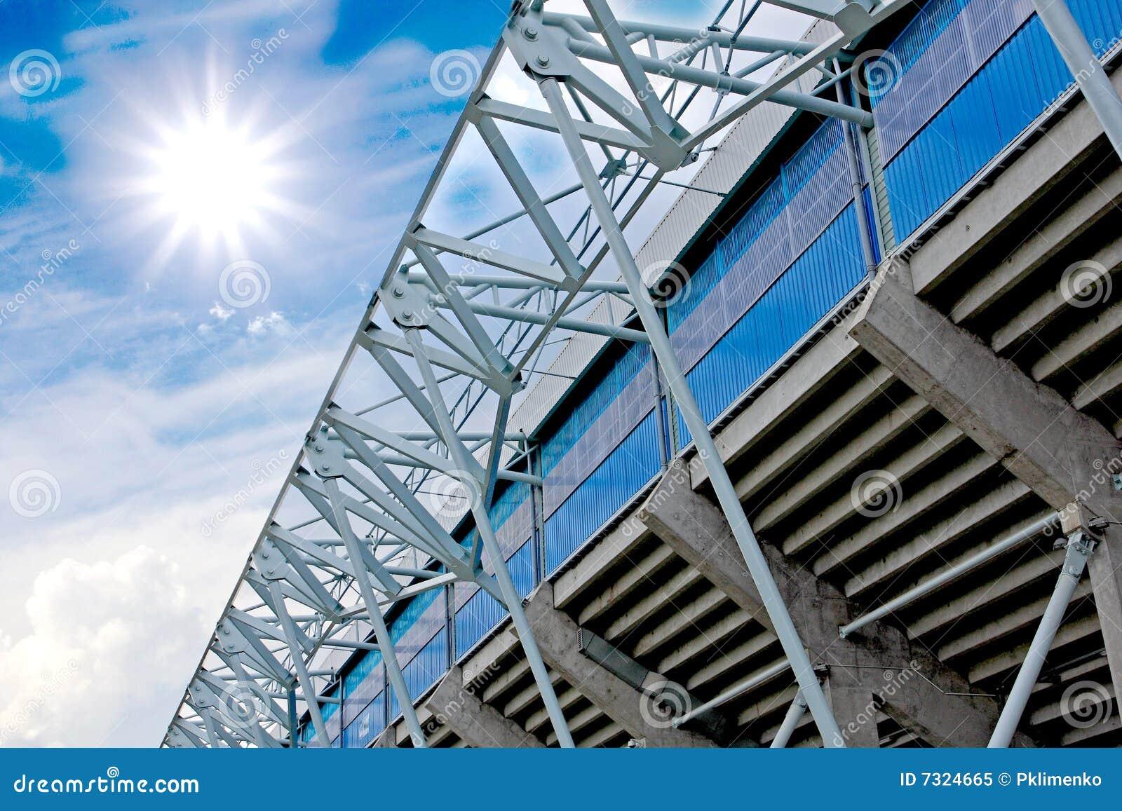 Elementi della costruzione dello stadio sul backgroun del cielo
