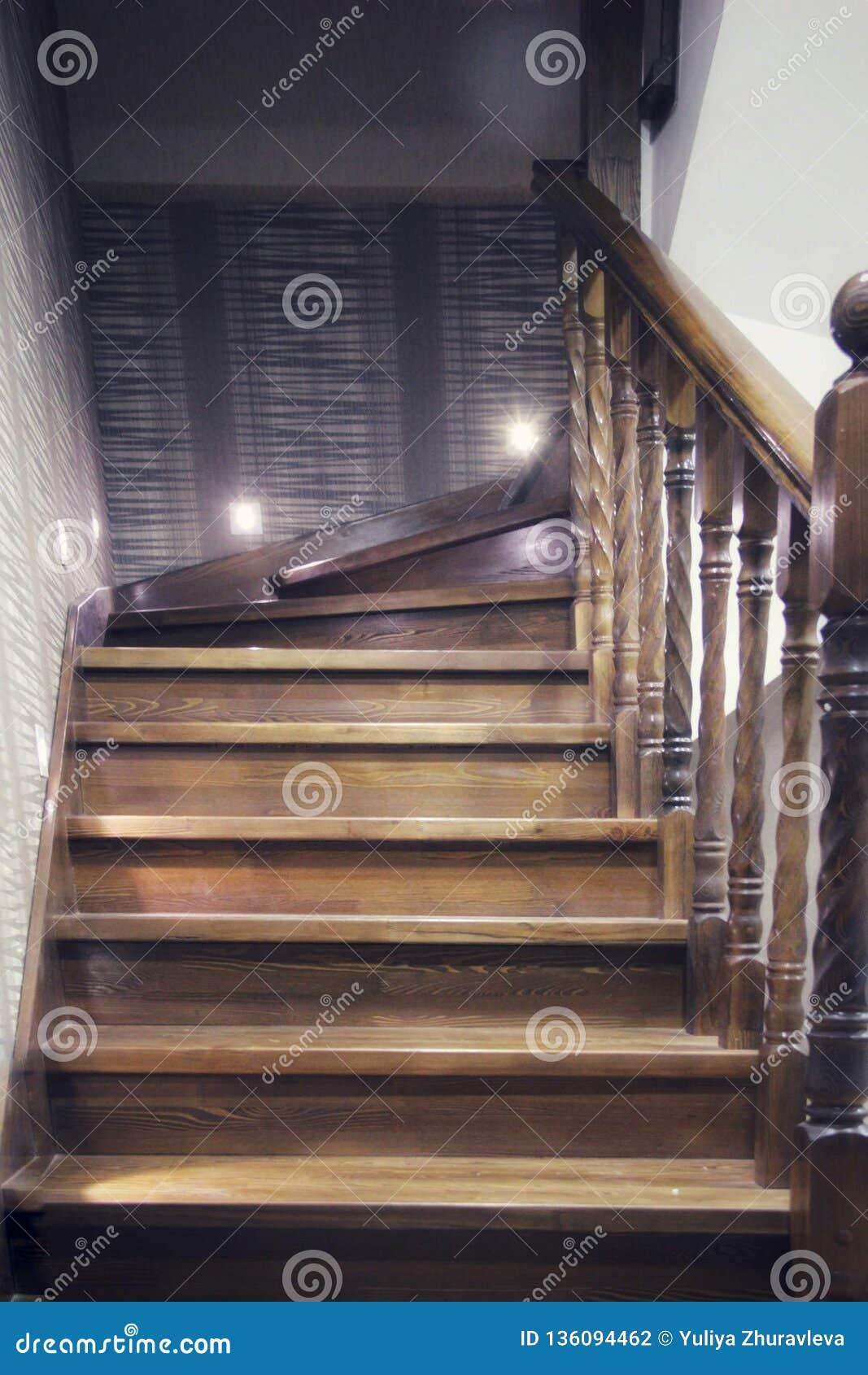 Elementi delle scale di legno, con i corrimani scolpiti progettazione d accensione stilistica tecnologica in un interno classico