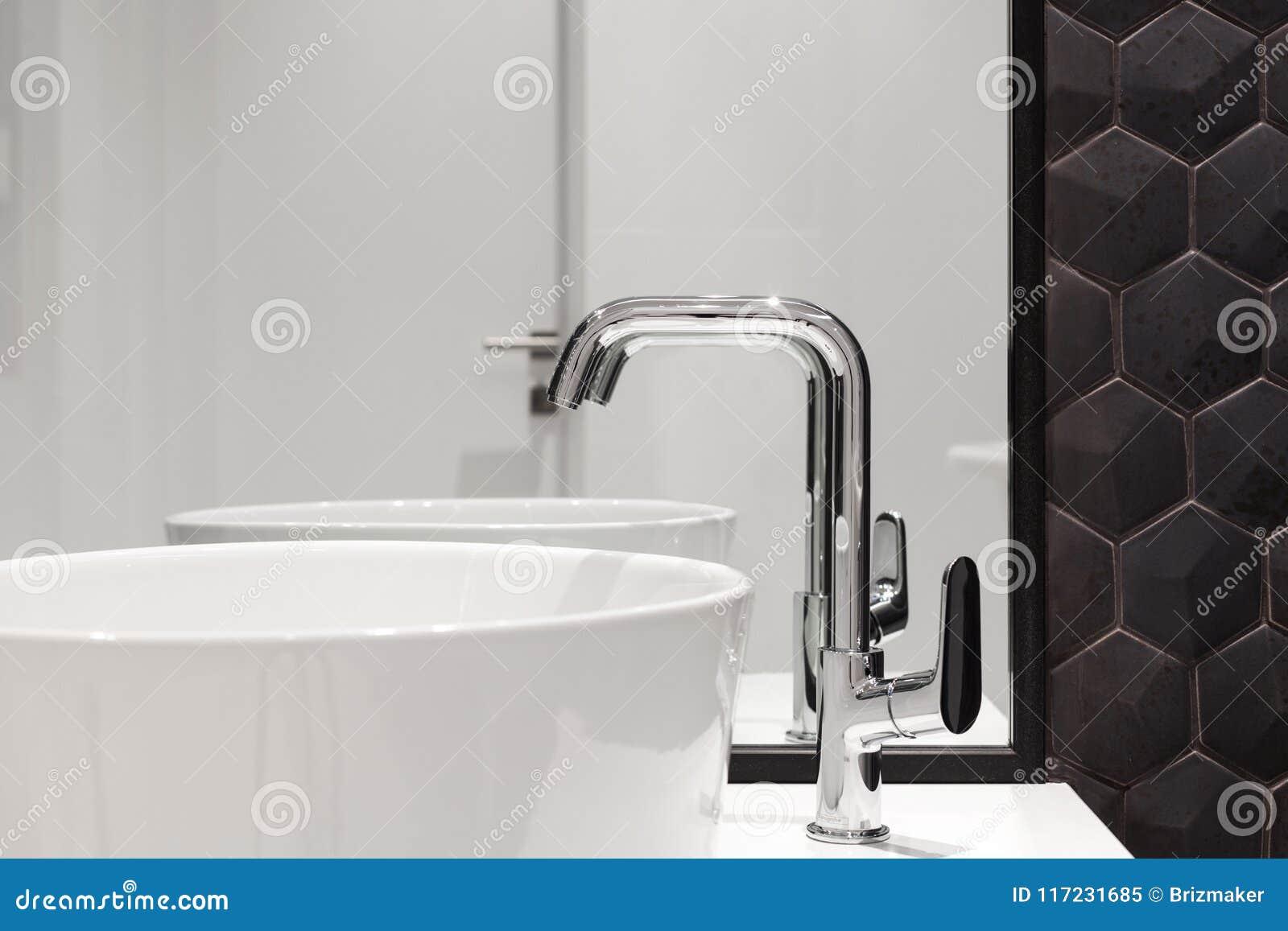 Elemento dellinterno del bagno con il lavandino bianco ed il grande