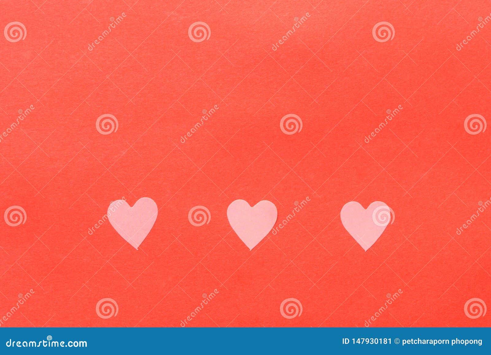 Elementos de papel en la forma del vuelo del coraz?n en fondo rosado
