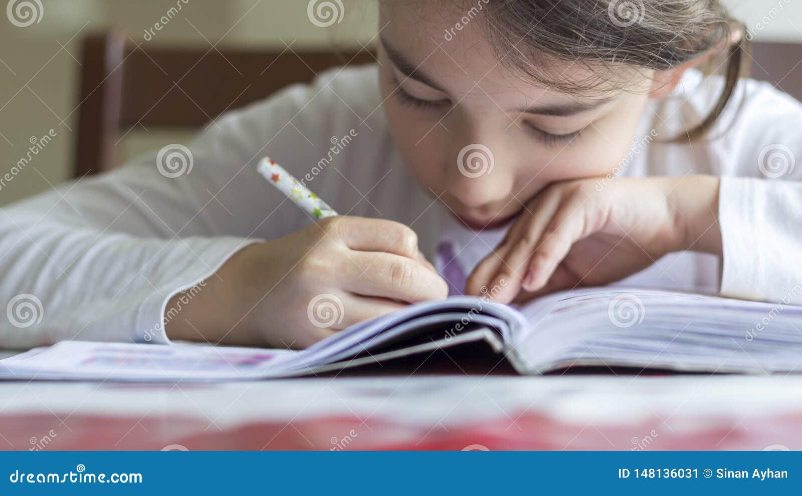 Elementry学生做她的家庭作业