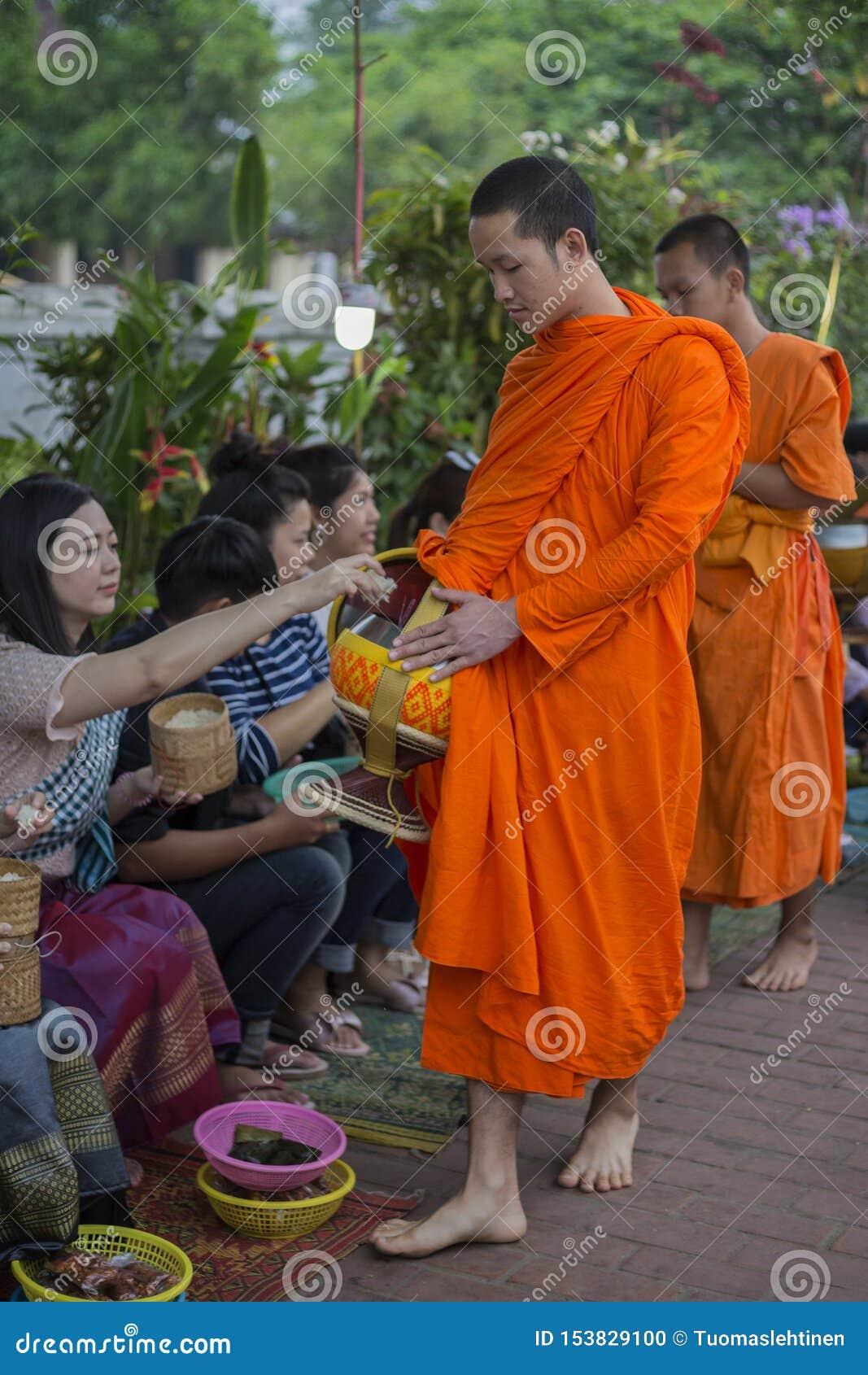 Elemosine che danno cerimonia in Luang Prabang, Laos