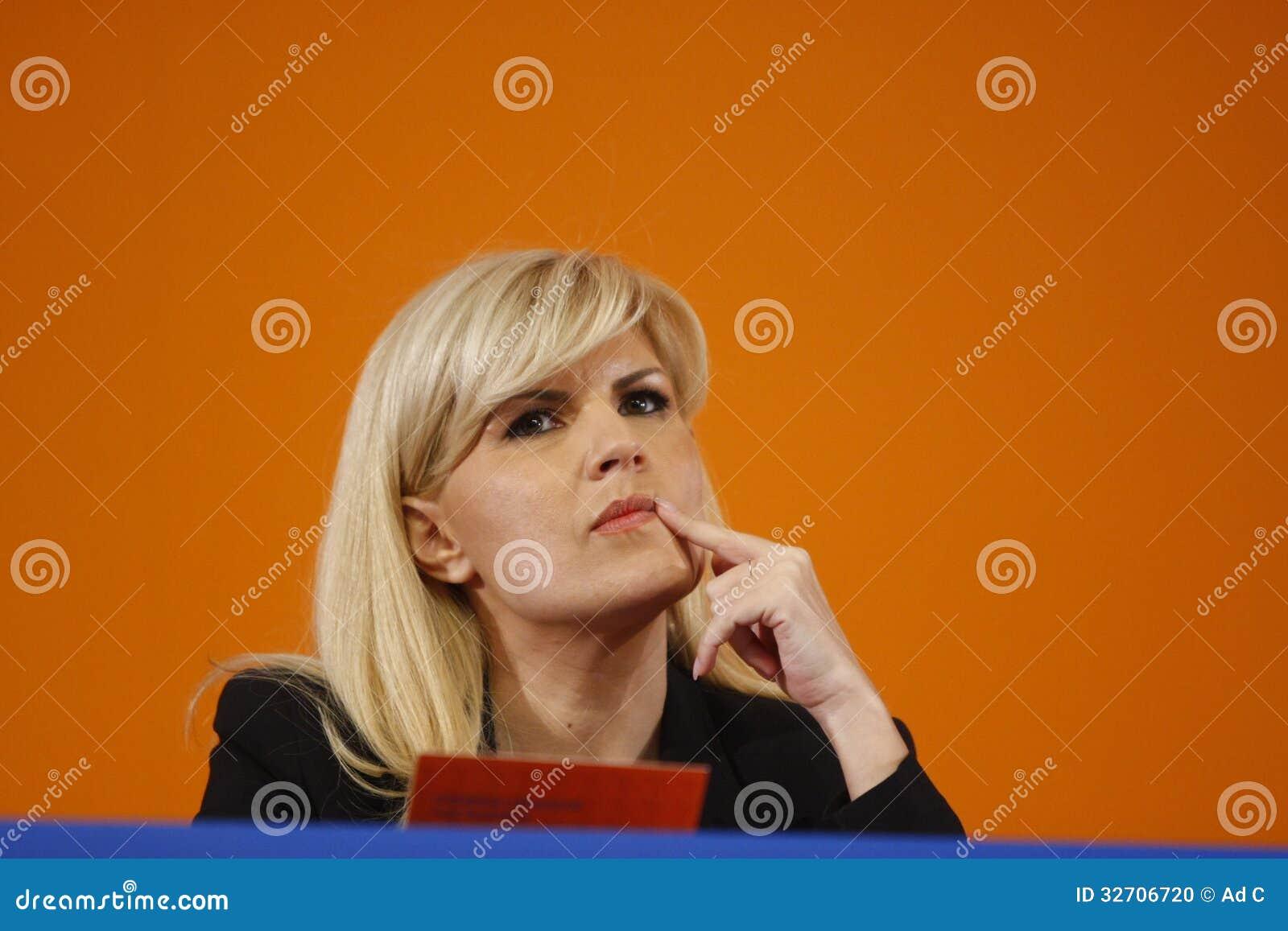 Elena Udrea Holding um discurso
