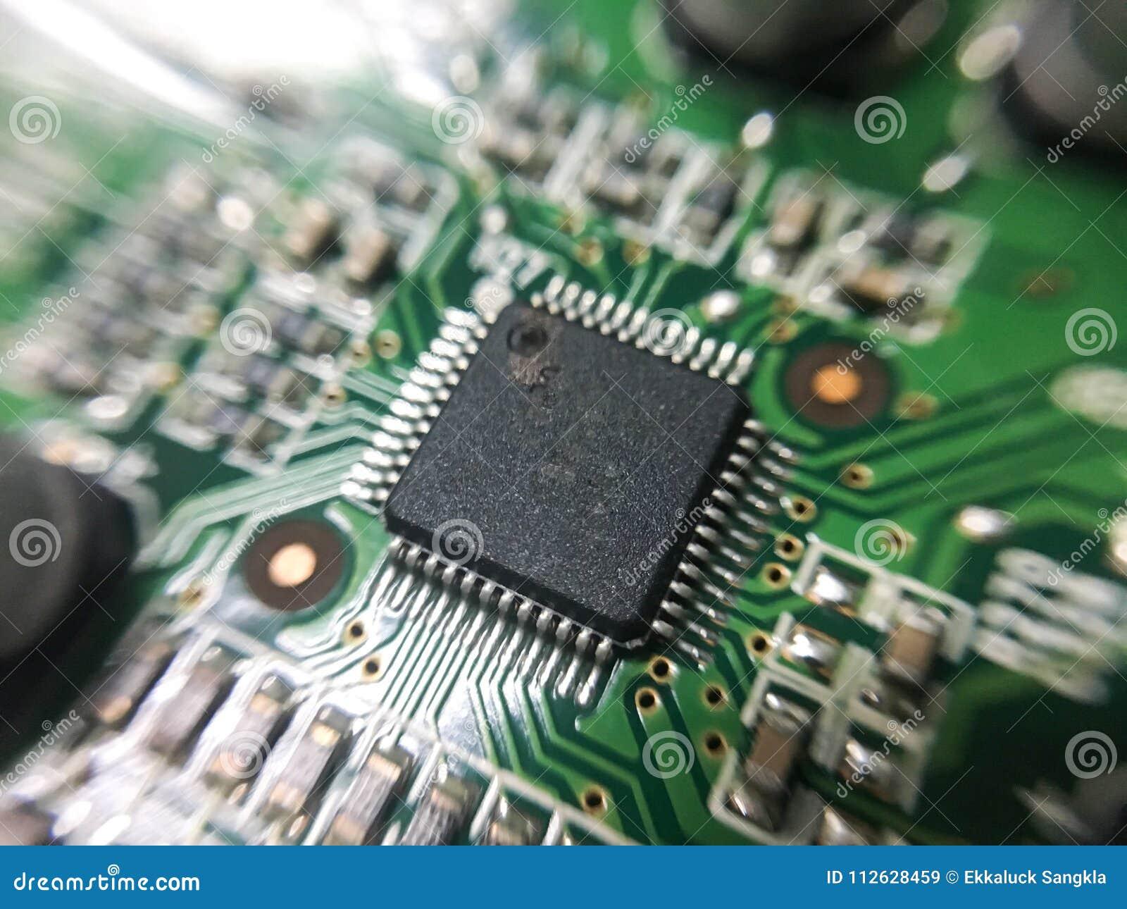 A eletrônica parte na tecnologia do resistor e da microplaqueta do prato principal