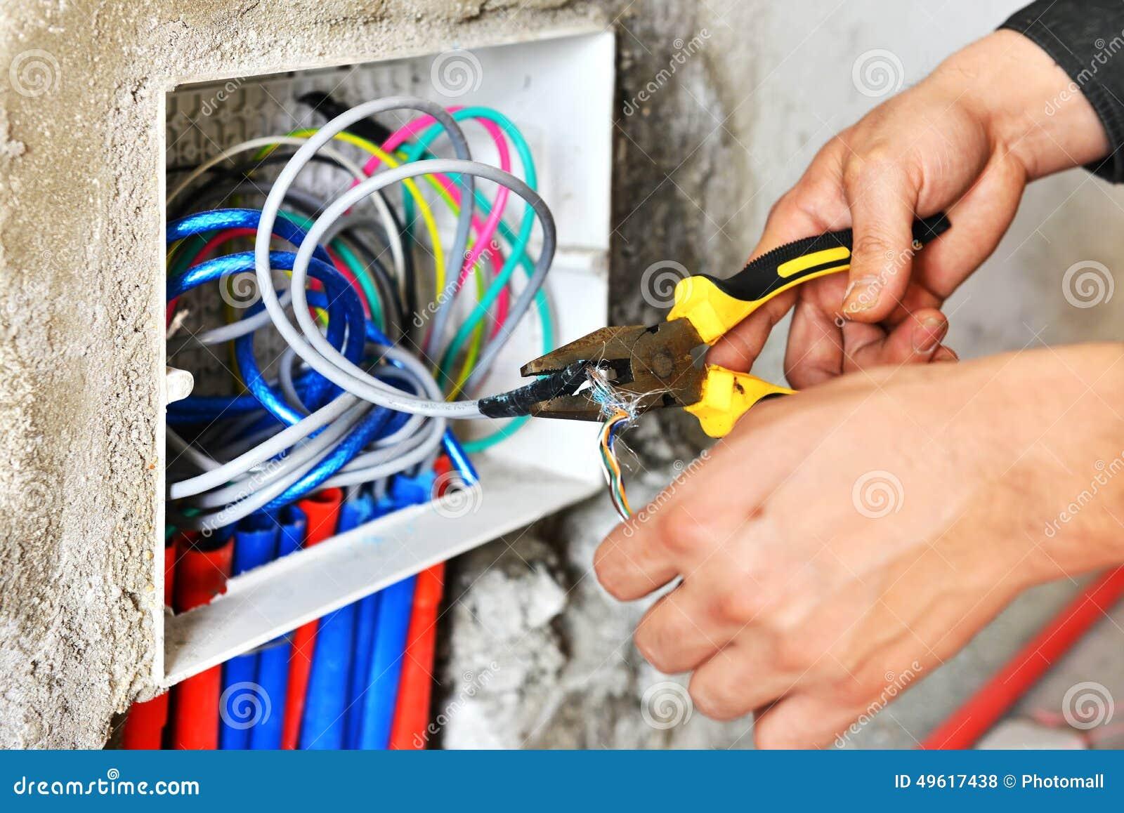 Eletricista que instala um soquete do interruptor