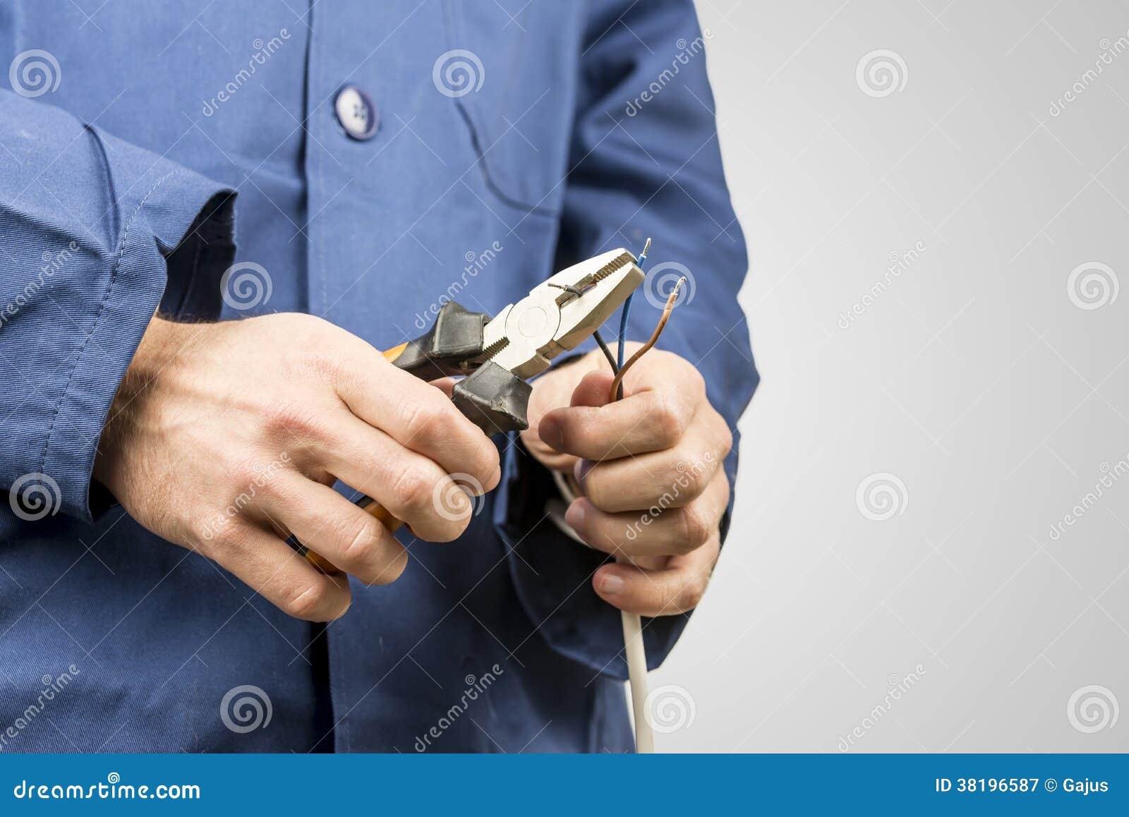 Eletricista que repara um cabo bonde