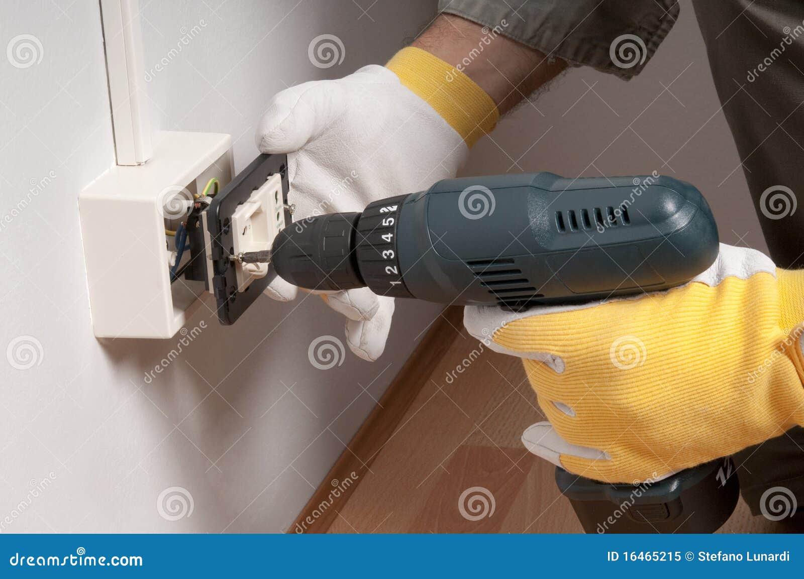 Elettricista sul lavoro
