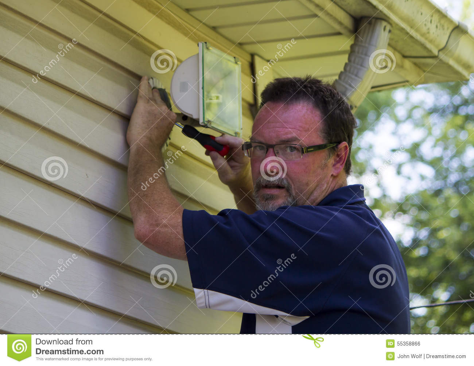 Elettricista Working On una luce esterna