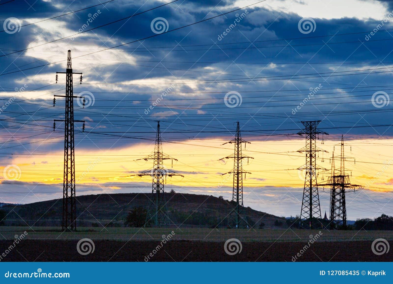 Elettricità - industria energetica di potere - pali elettrici ai soli