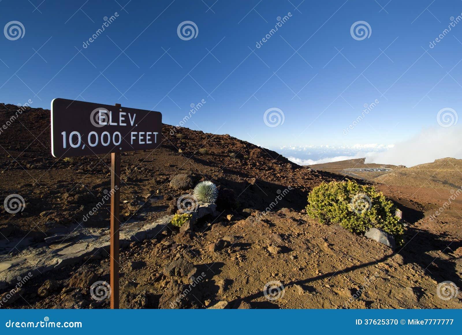 A elevação 10.000 ft assina dentro o parque nacional de Haleakala, Maui, Havaí