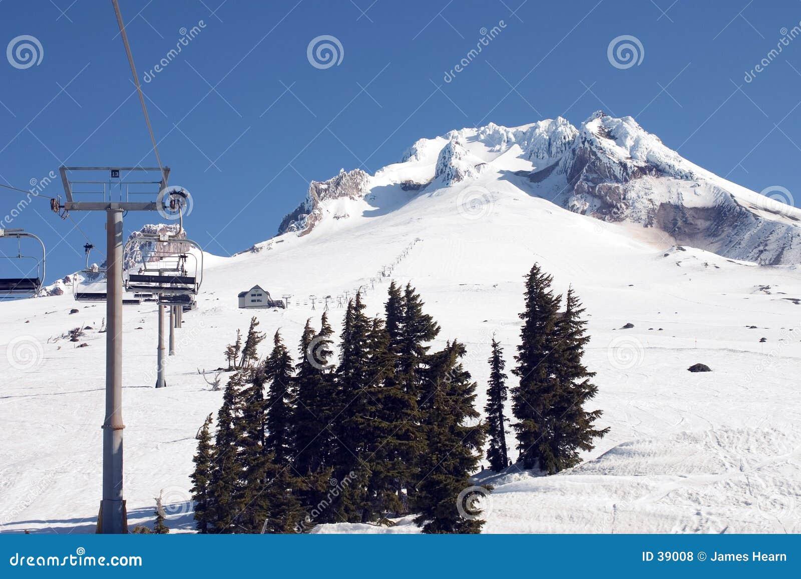 Elevación de esquí en el capo motor 2. del Mt.