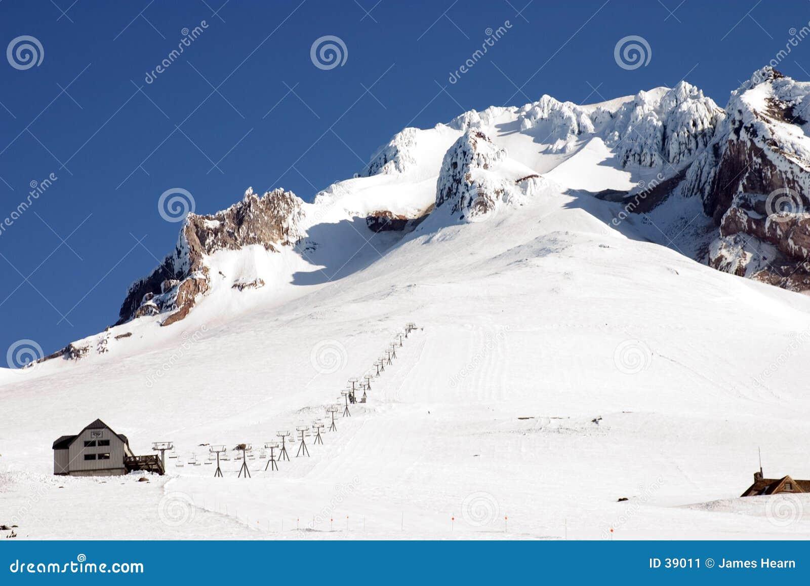 Download Elevación De Esquí En El Capo Motor Del Montaje. Imagen de archivo - Imagen de elevación, nieve: 39011
