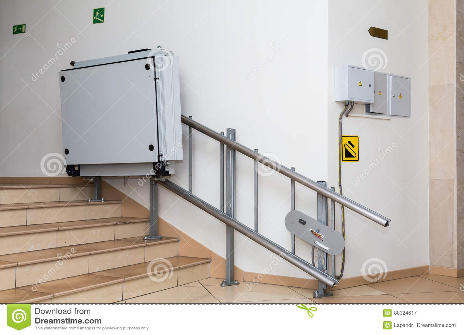 Elevador da escada para os enfermos Escadas da construção pública