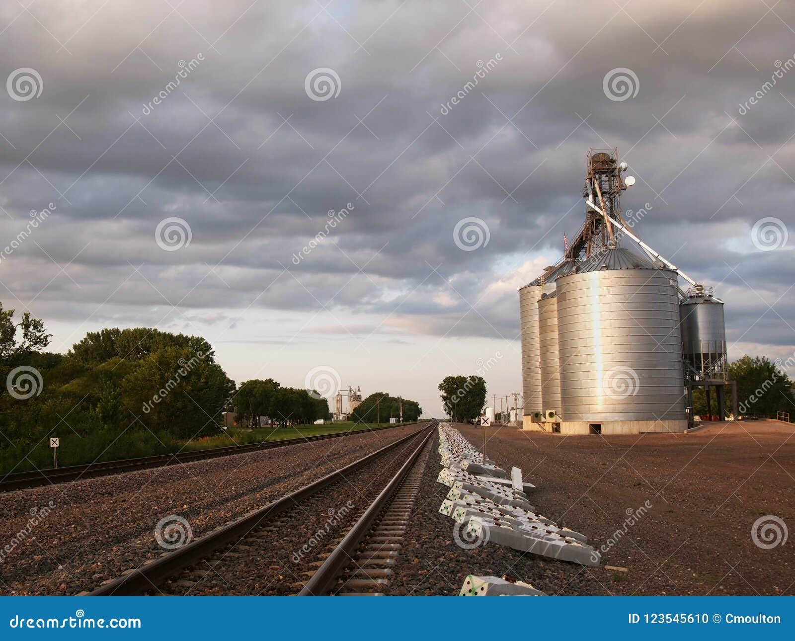 Elevador de grano por las vías del tren