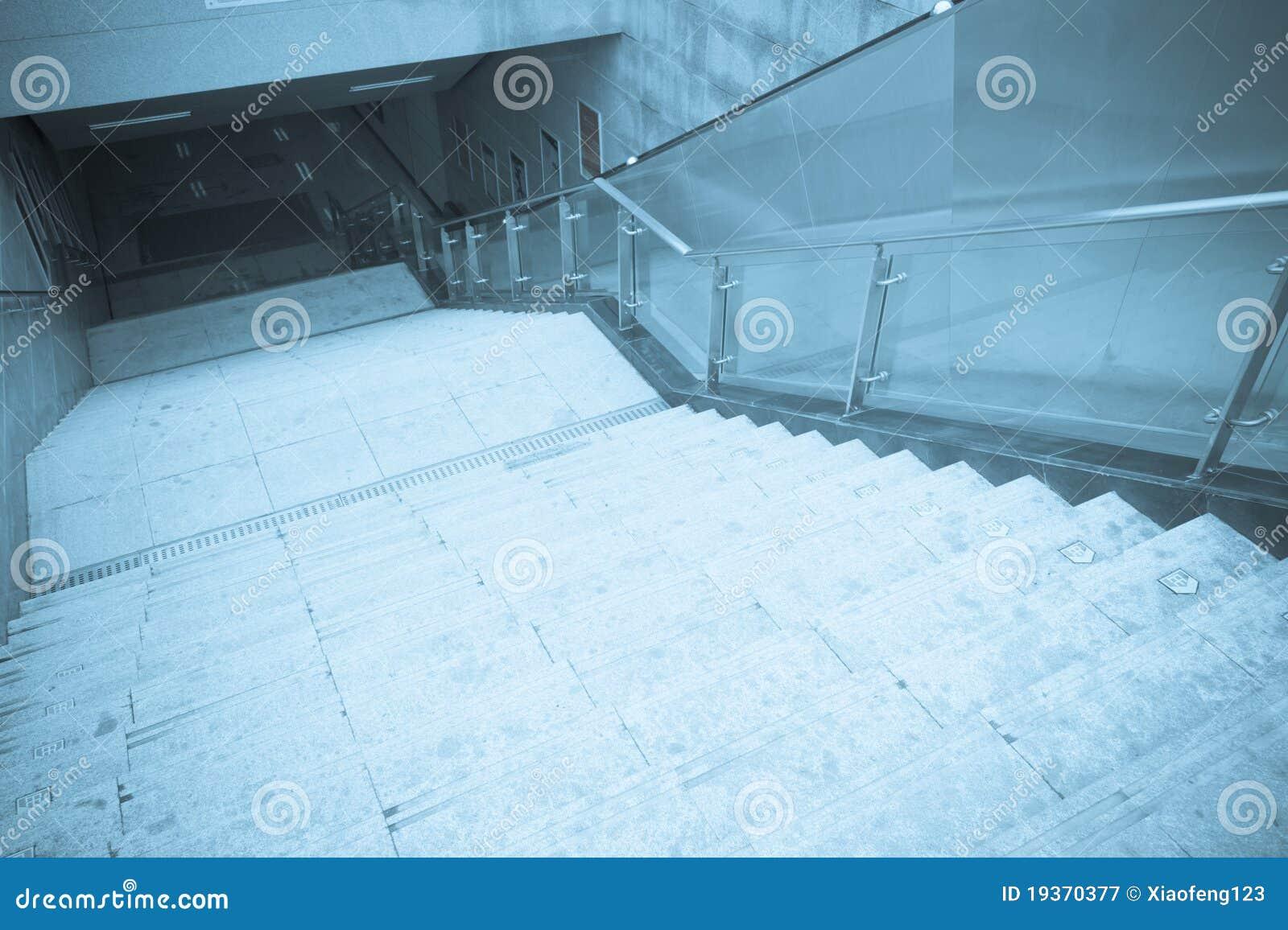 Elevador e escadaria