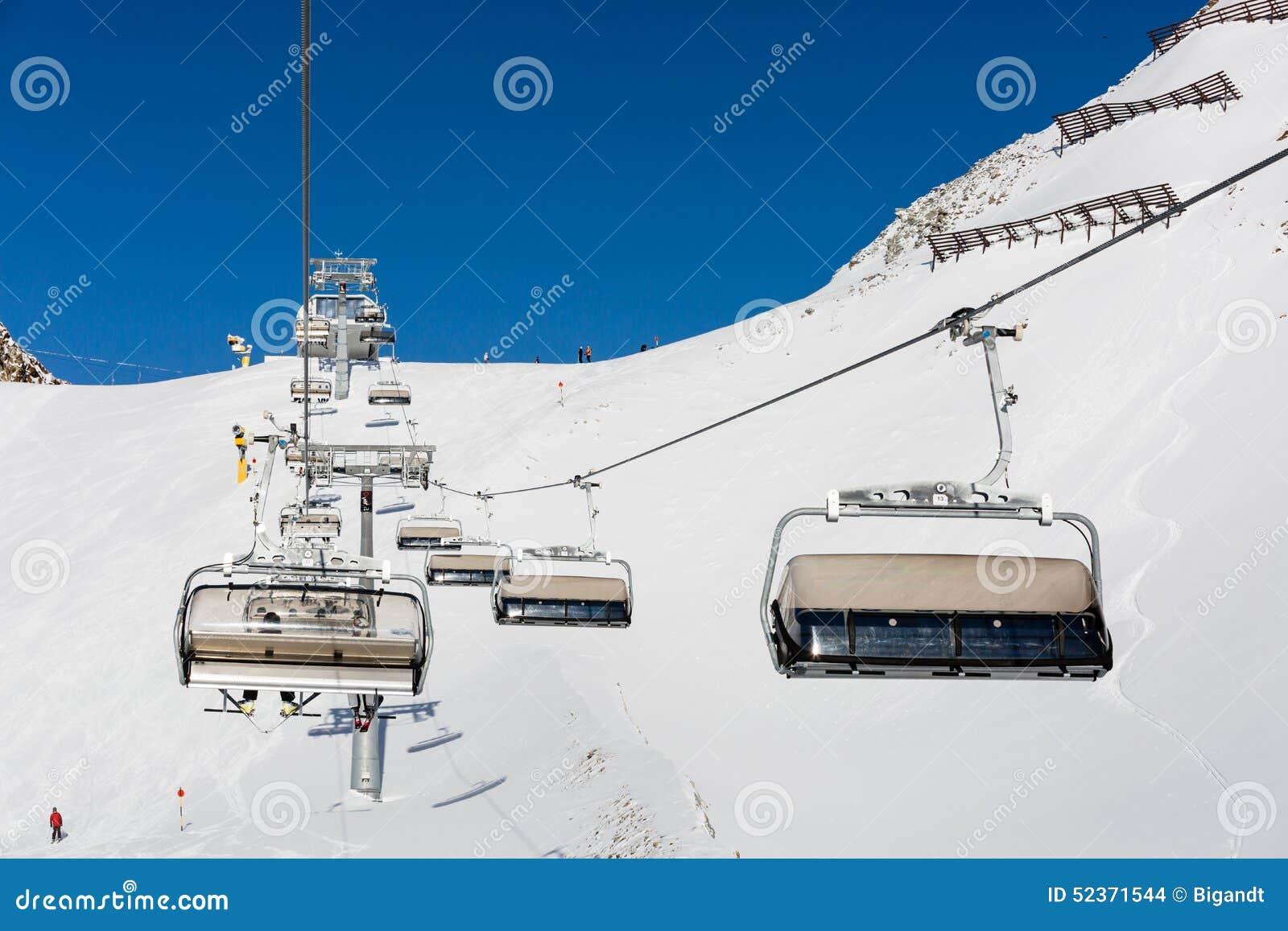 Elevador e esquiadores de cadeira