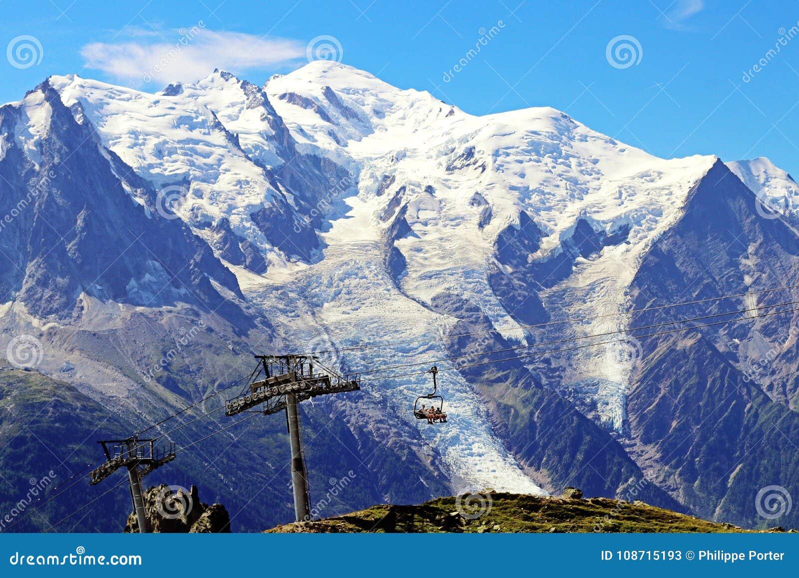 Elevatorn för bilen och för stol för Mont Blanc toppmöteFlegere kabel till indexet når en höjdpunkt