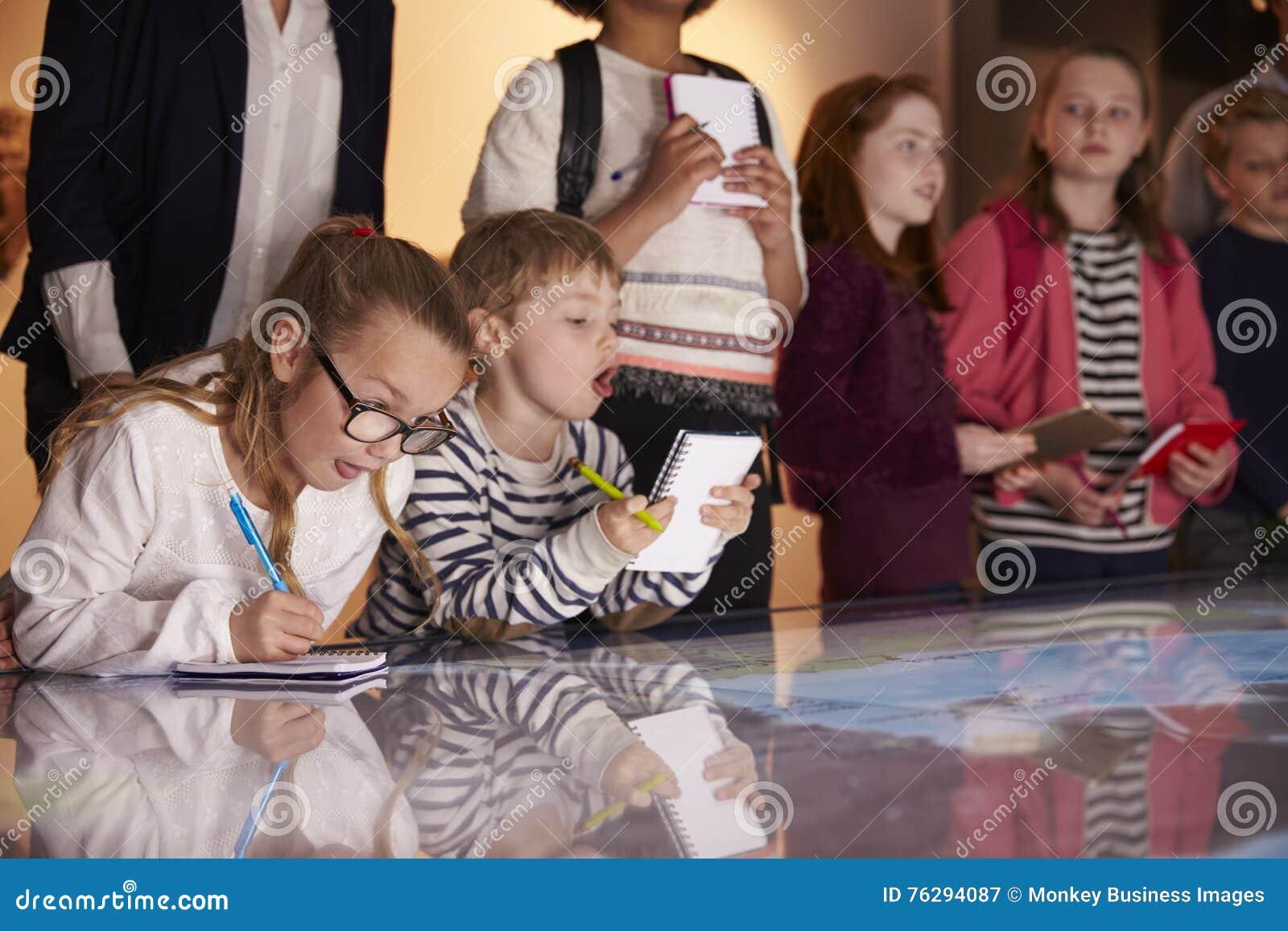 Elever på tur till museet som ser översikten och gör anmärkningar
