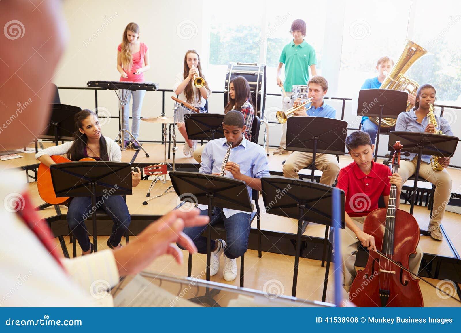 Elever som spelar musikinstrument i skolan Orche
