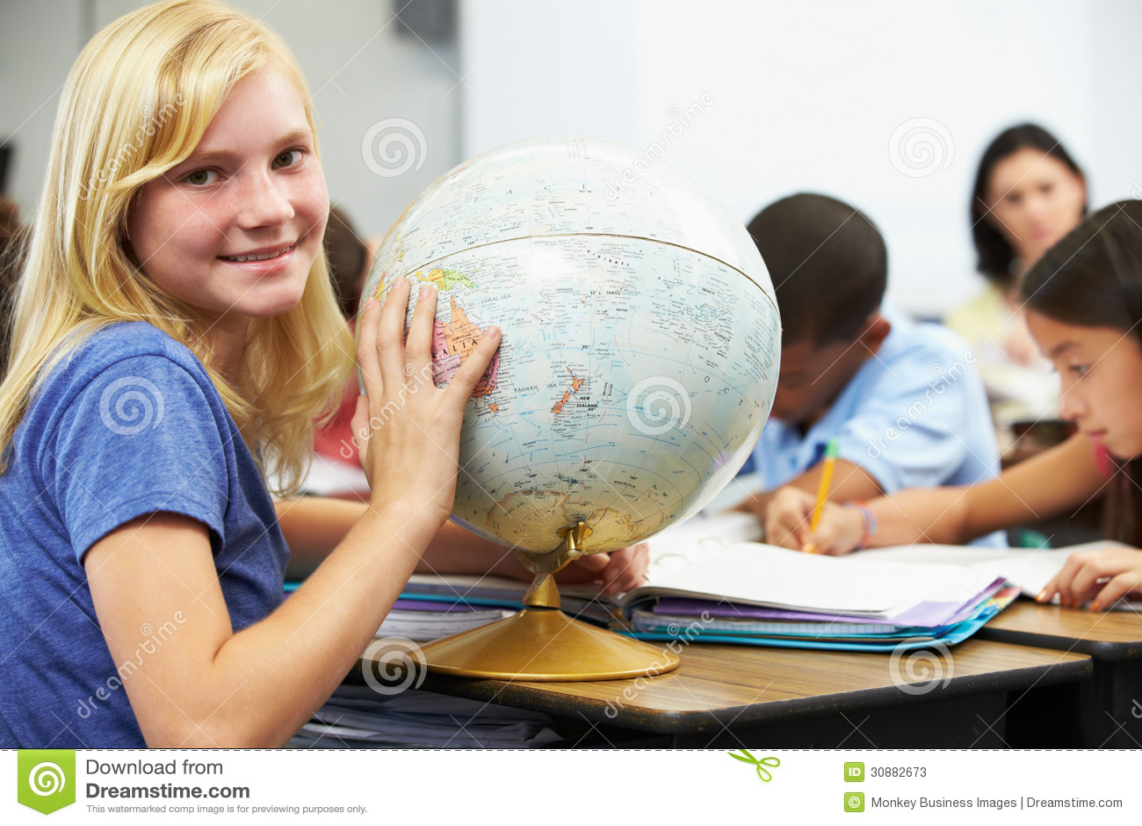 Elever som studerar geografi i klassrum