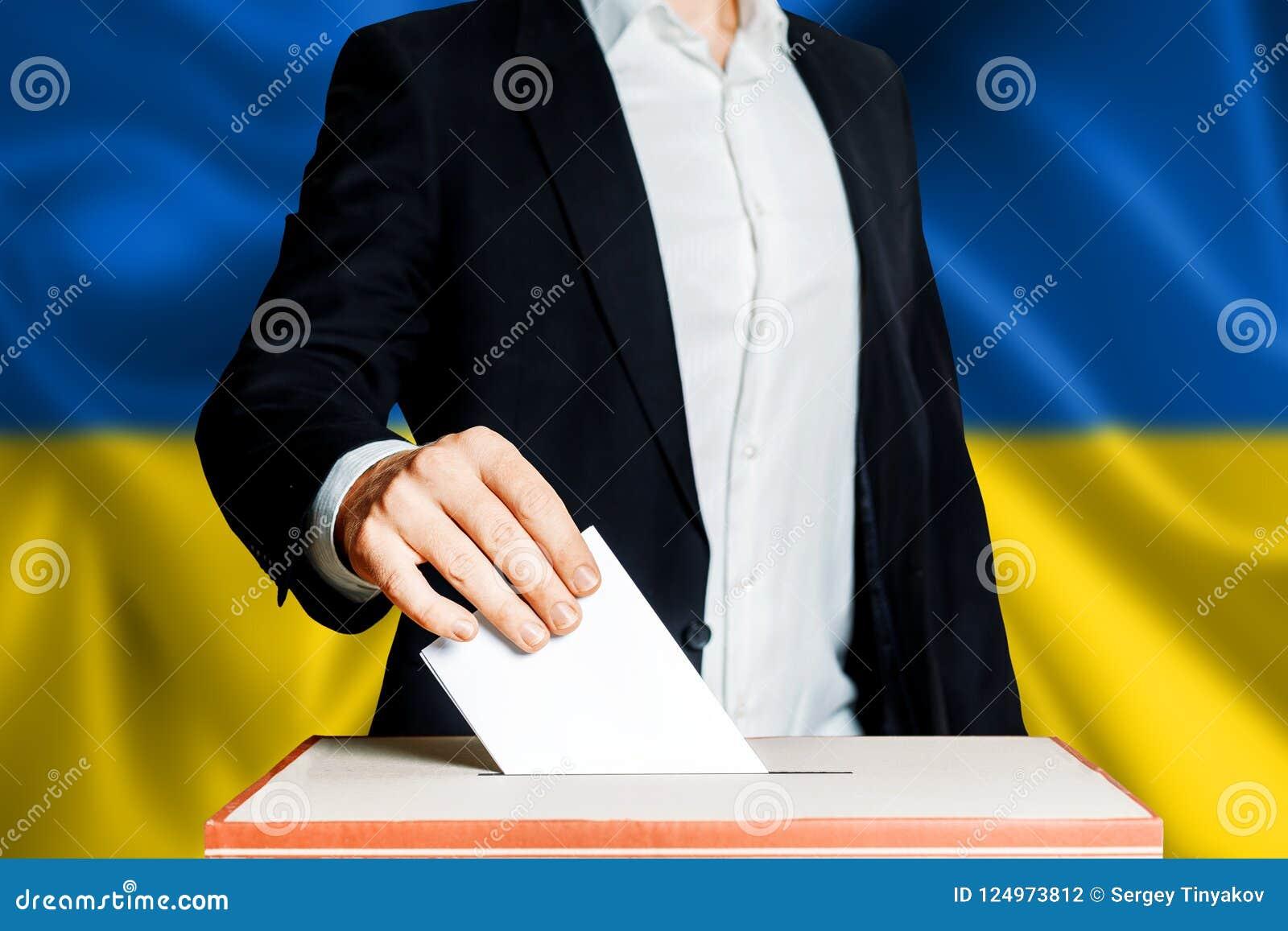 Elezioni in Ucraina, lotta politica Concetto di democrazia, di libertà e di indipendenza Elettore del cittadino che mette voto de