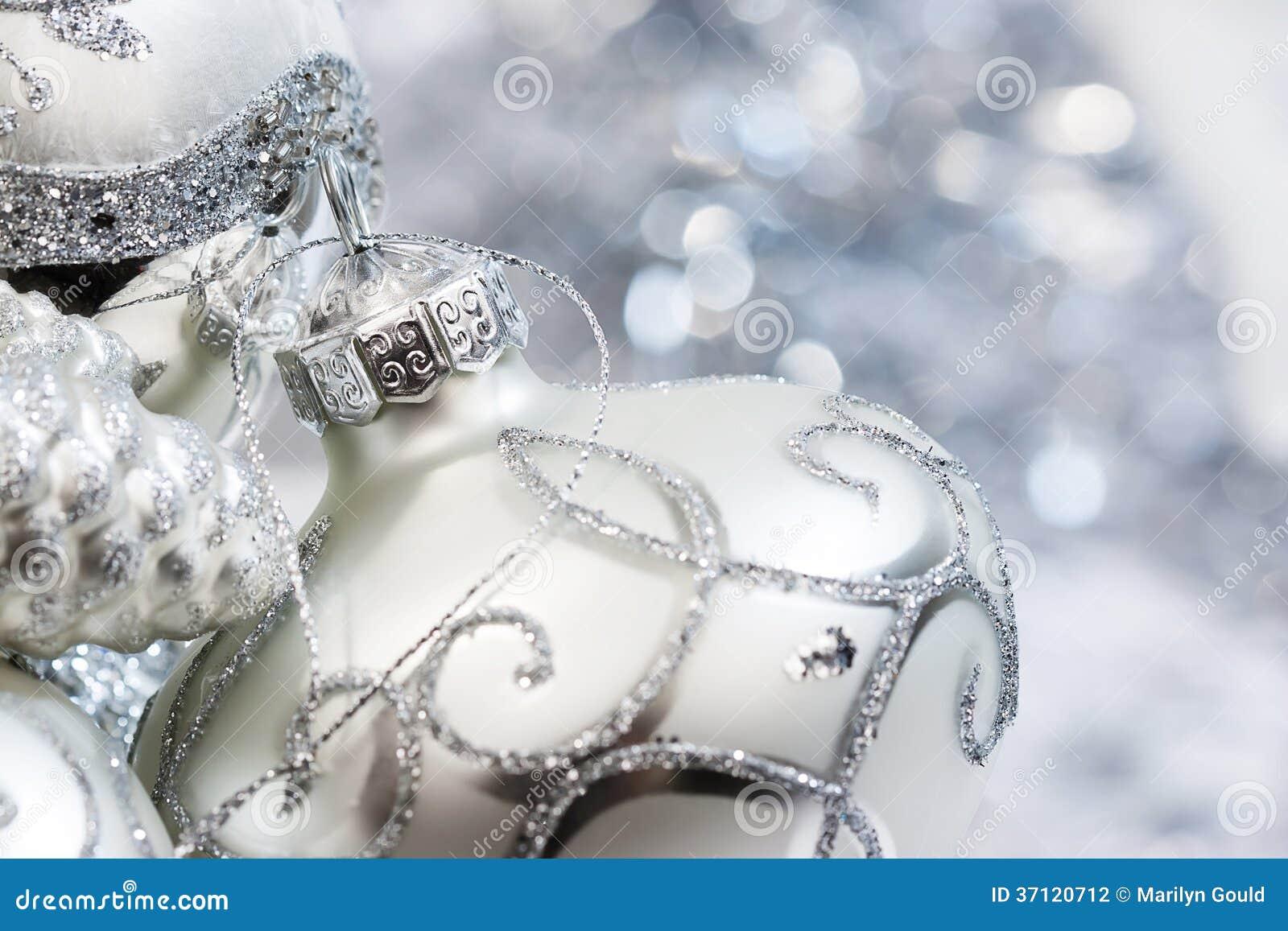Elfenbein-weiße und silberne Weihnachtsverzierungen