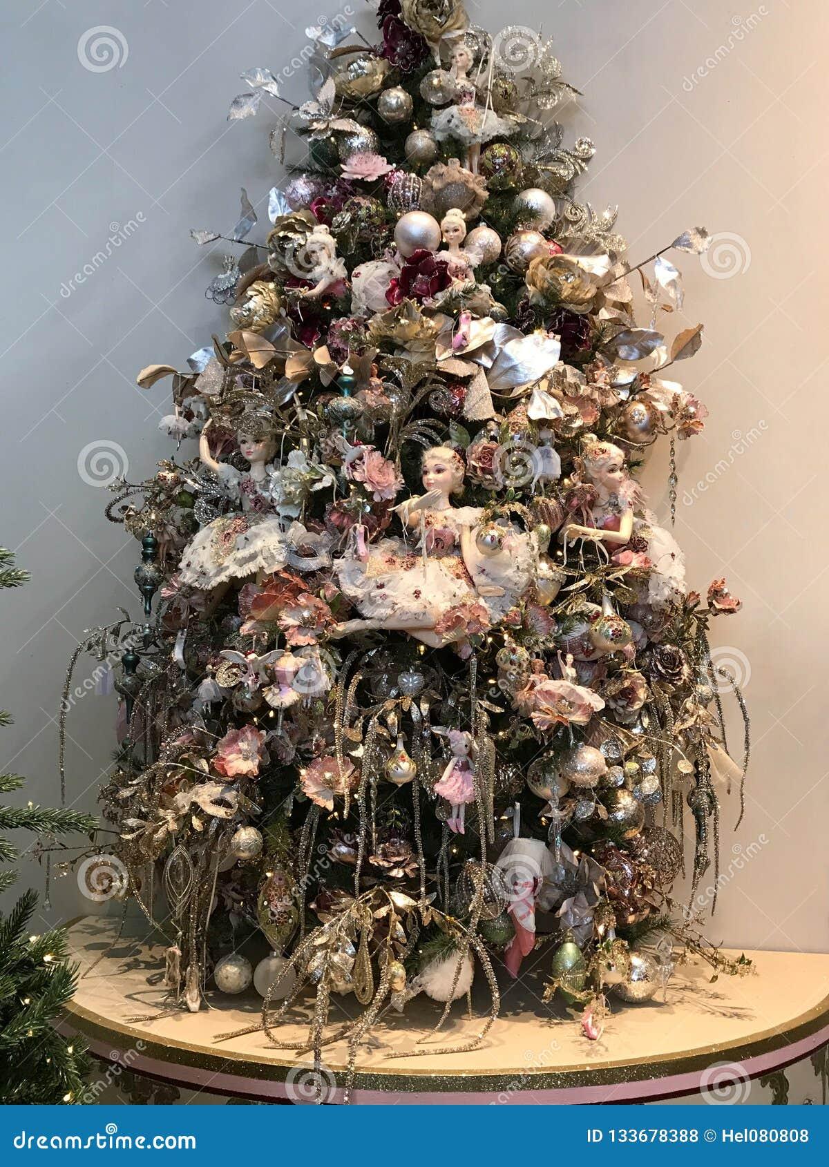Elfy w choince Romantyczna choinka z piłkami, kwiaty, elfy w pastelowych cieniach