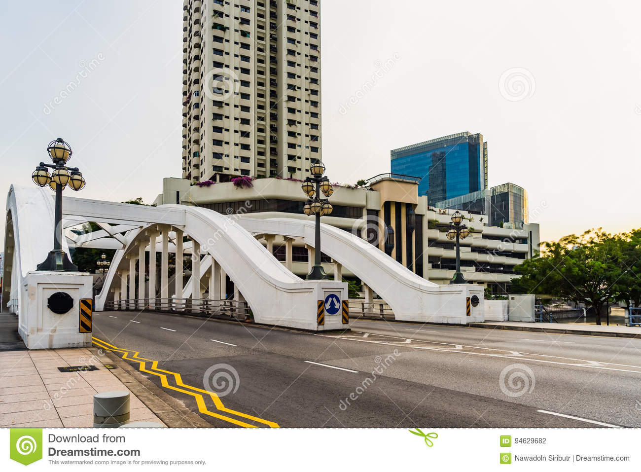 Elgin Bridge Singapore en lege weg in zonnige dag