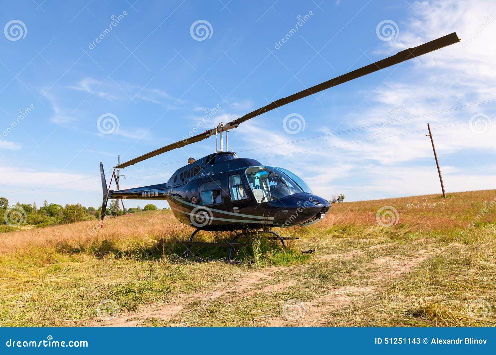 Elicottero Jet Ranger : Elicottero bell jet ranger iii che sta sul campo di estate