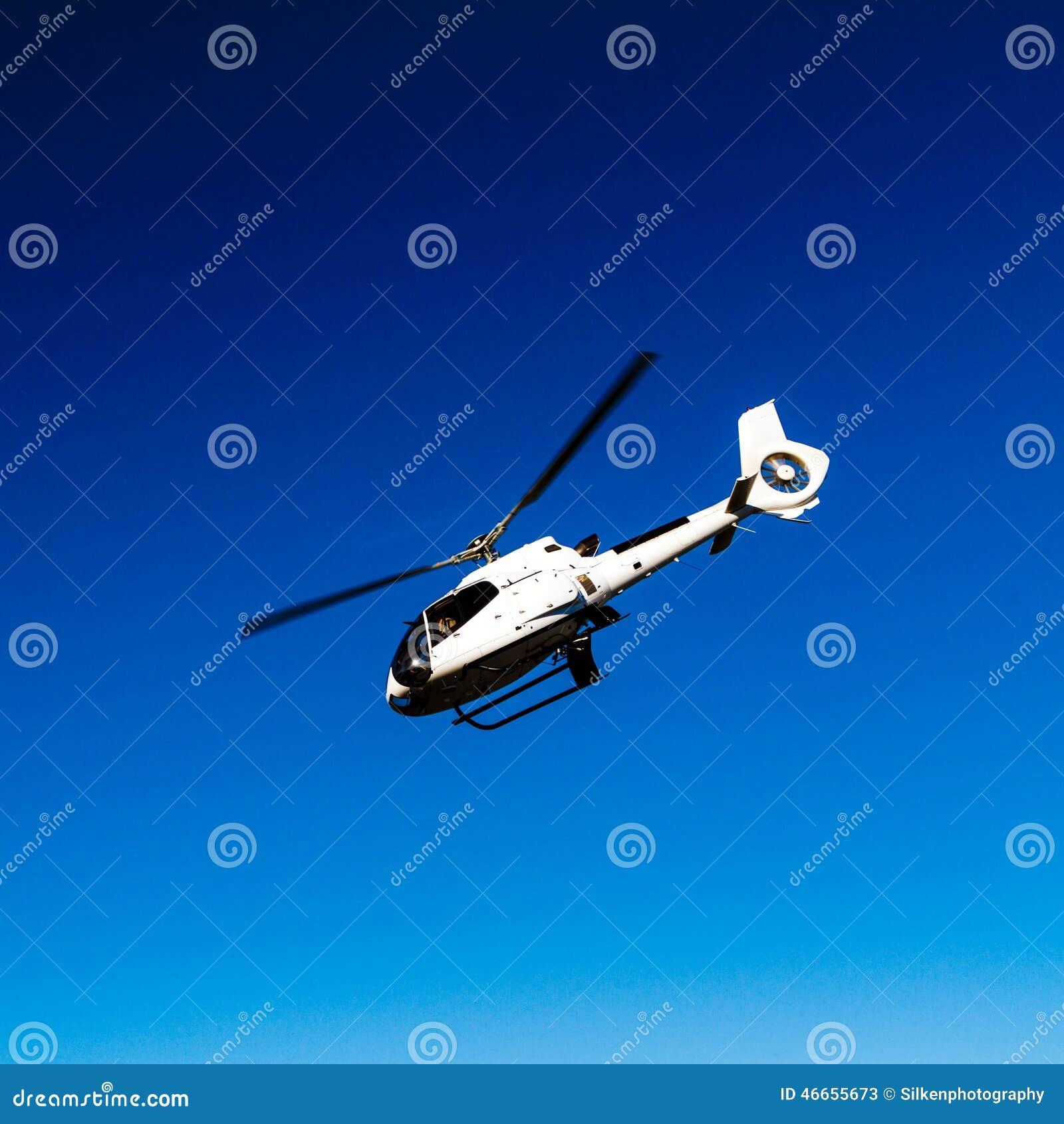 Elicottero Bianco E Blu : Elicottero bianco in cielo blu immagine stock
