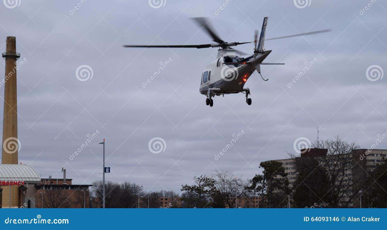 Costo Elicottero 8 Posti : Elicottero che vola in basso al fumaiolo vicino a terra