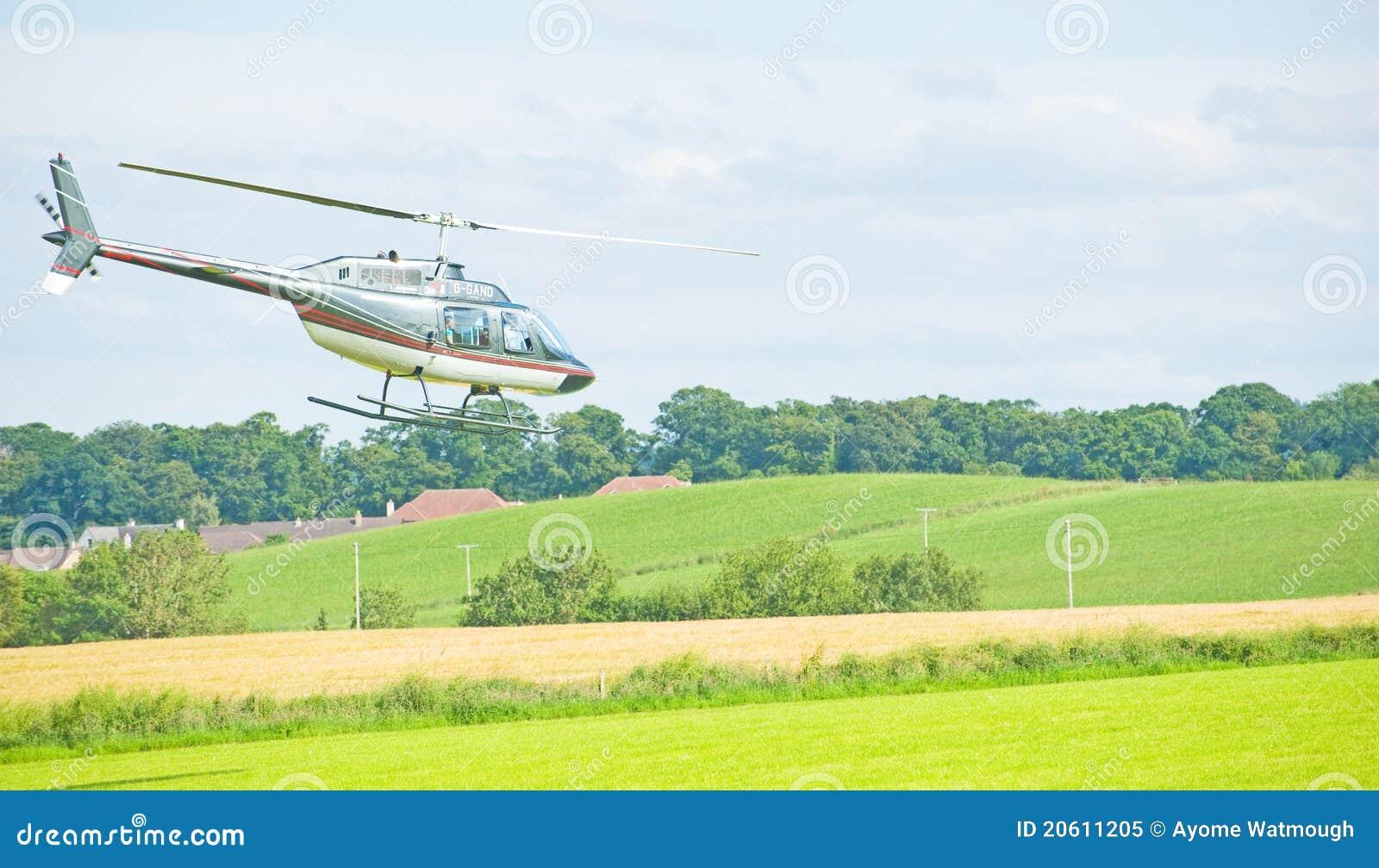 Elicottero 205 : Elicottero che vola basso all esposizione di nairn immagine