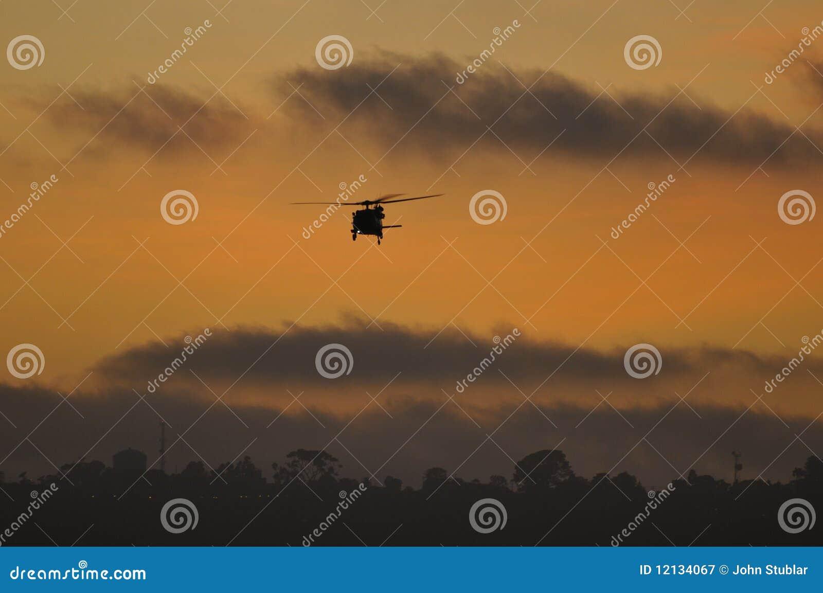 Elicottero Arancione : Elicottero degli s u a blackhawk al tramonto fotografia