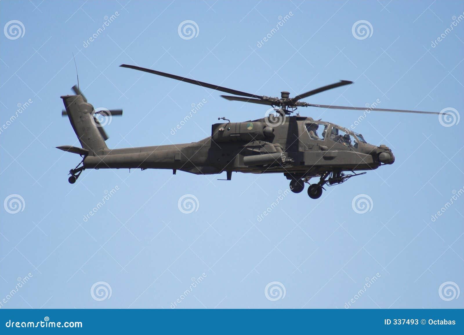 Elicottero del Apache durante il volo