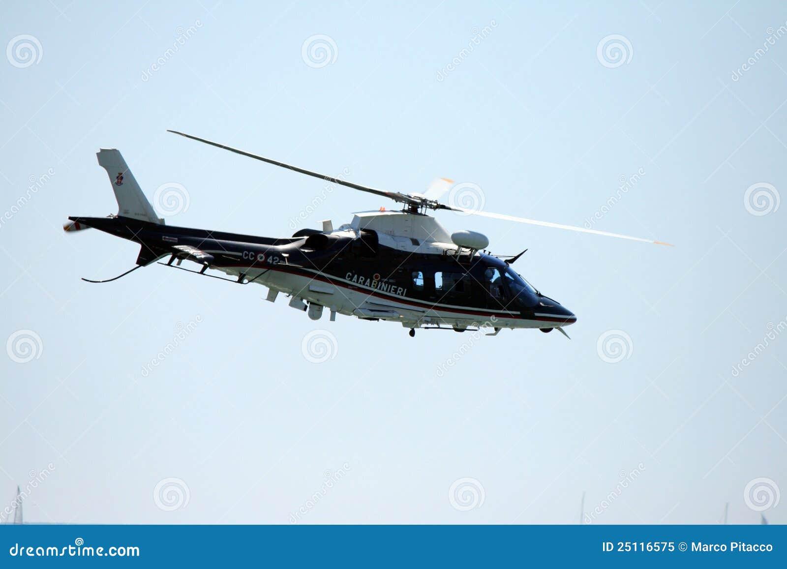 Costo Elicottero 8 Posti : Elicottero del carabinieri immagine editoriale