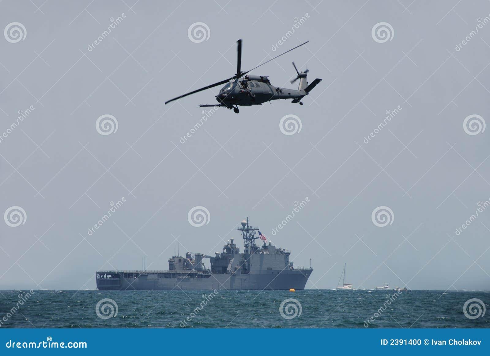 Elicottero Bianco E Blu : Elicottero e nave da guerra del blu marino fotografia