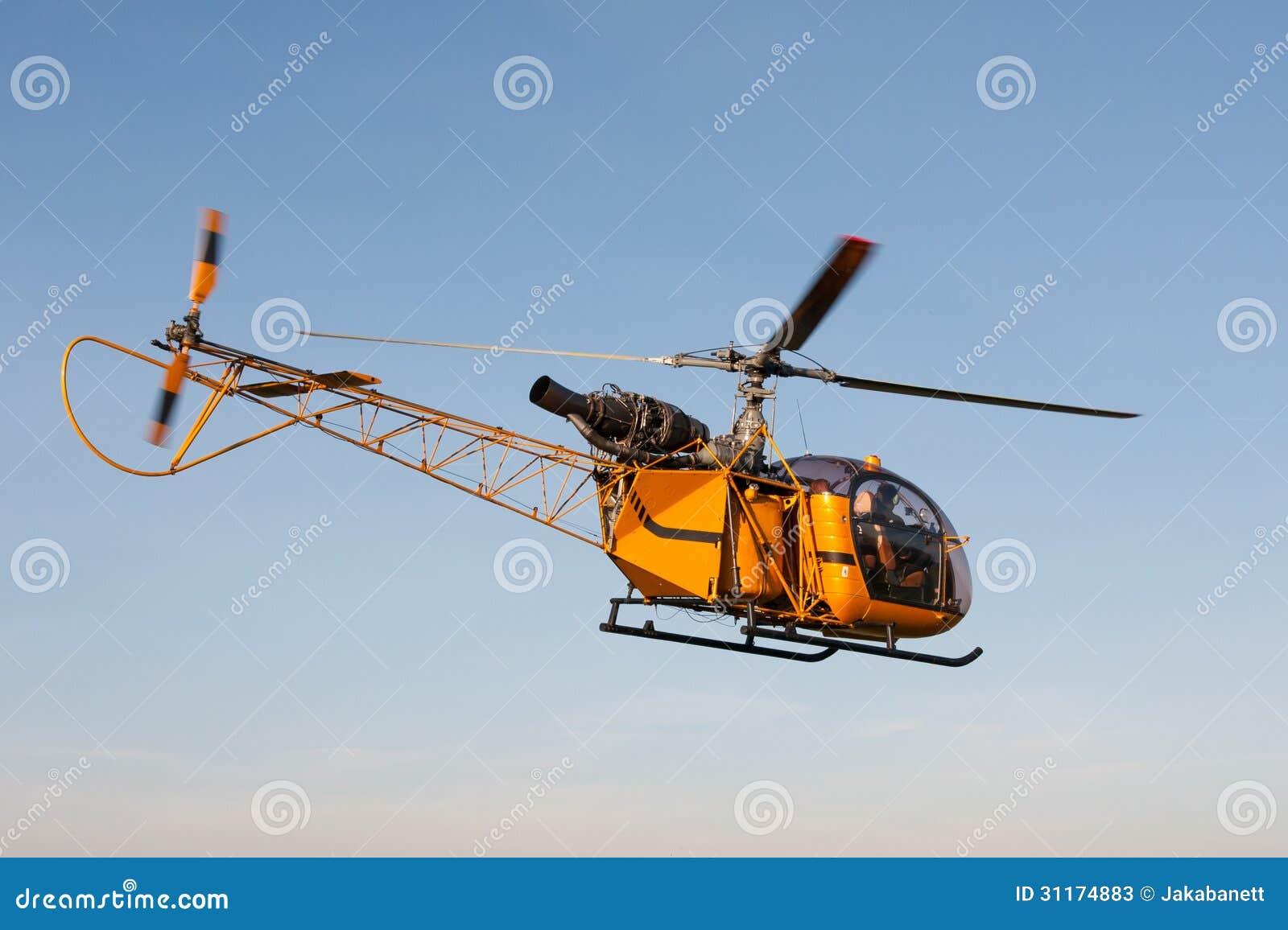 Elicottero Giallo : Elicottero giallo contro il cielo fotografie stock